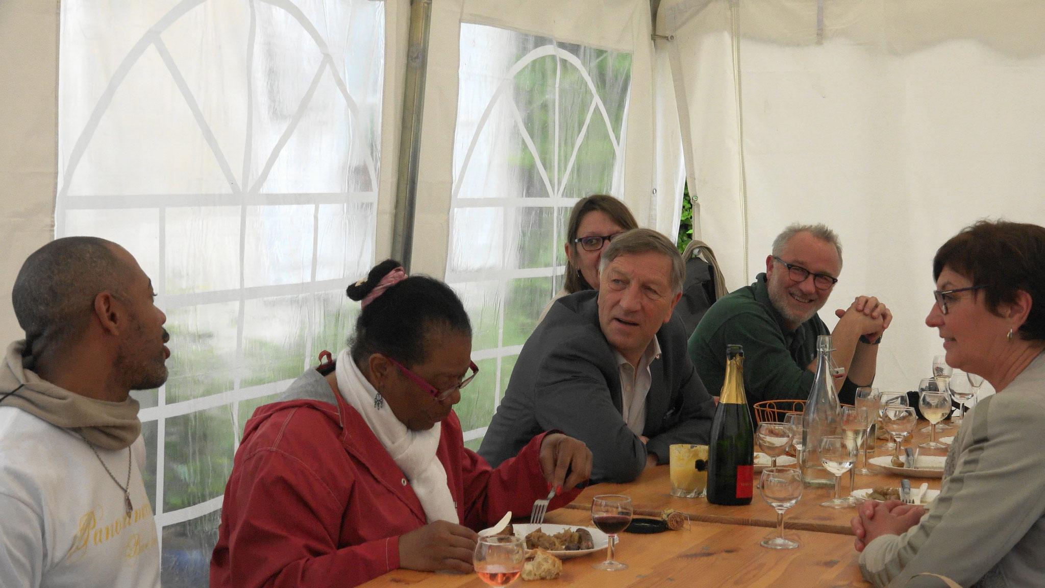 Sous le chapiteau : élus et citoyens des environs à la même table.