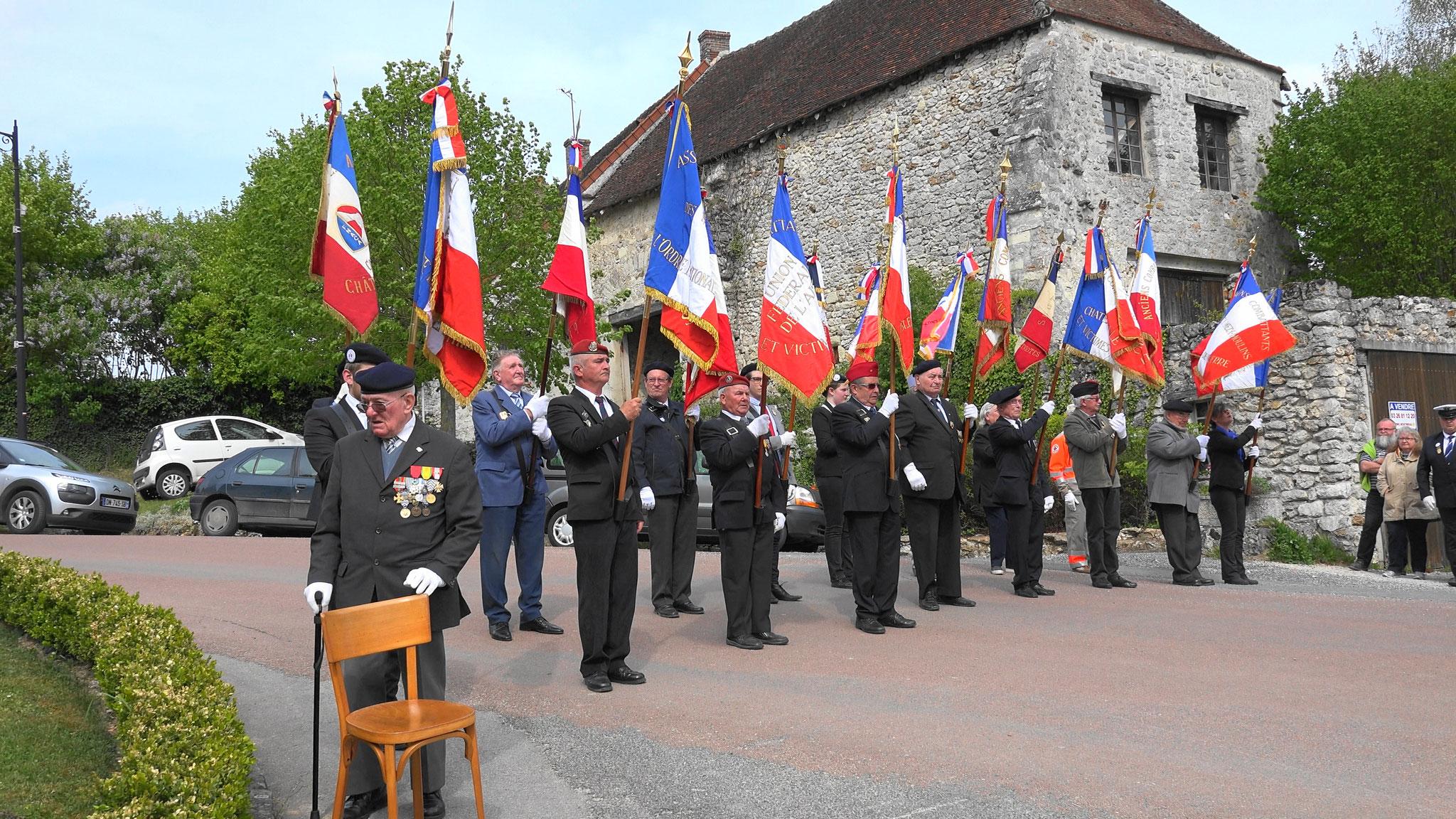 Les porte-drapeaux des associations patriotiques et d'anciens combattants sous les ordres de Georges Pottier.