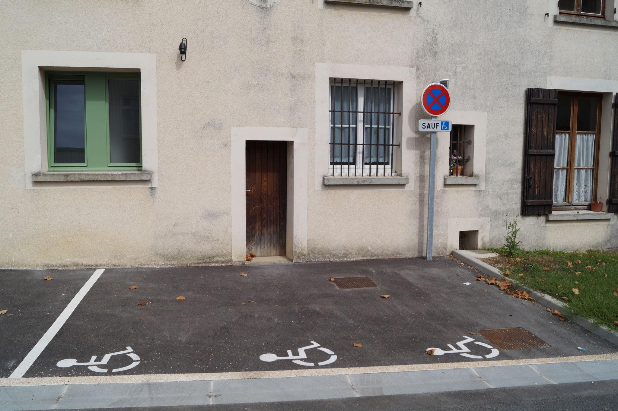 Une place de stationnement est à disposition pour les personnes à mobilité réduite.