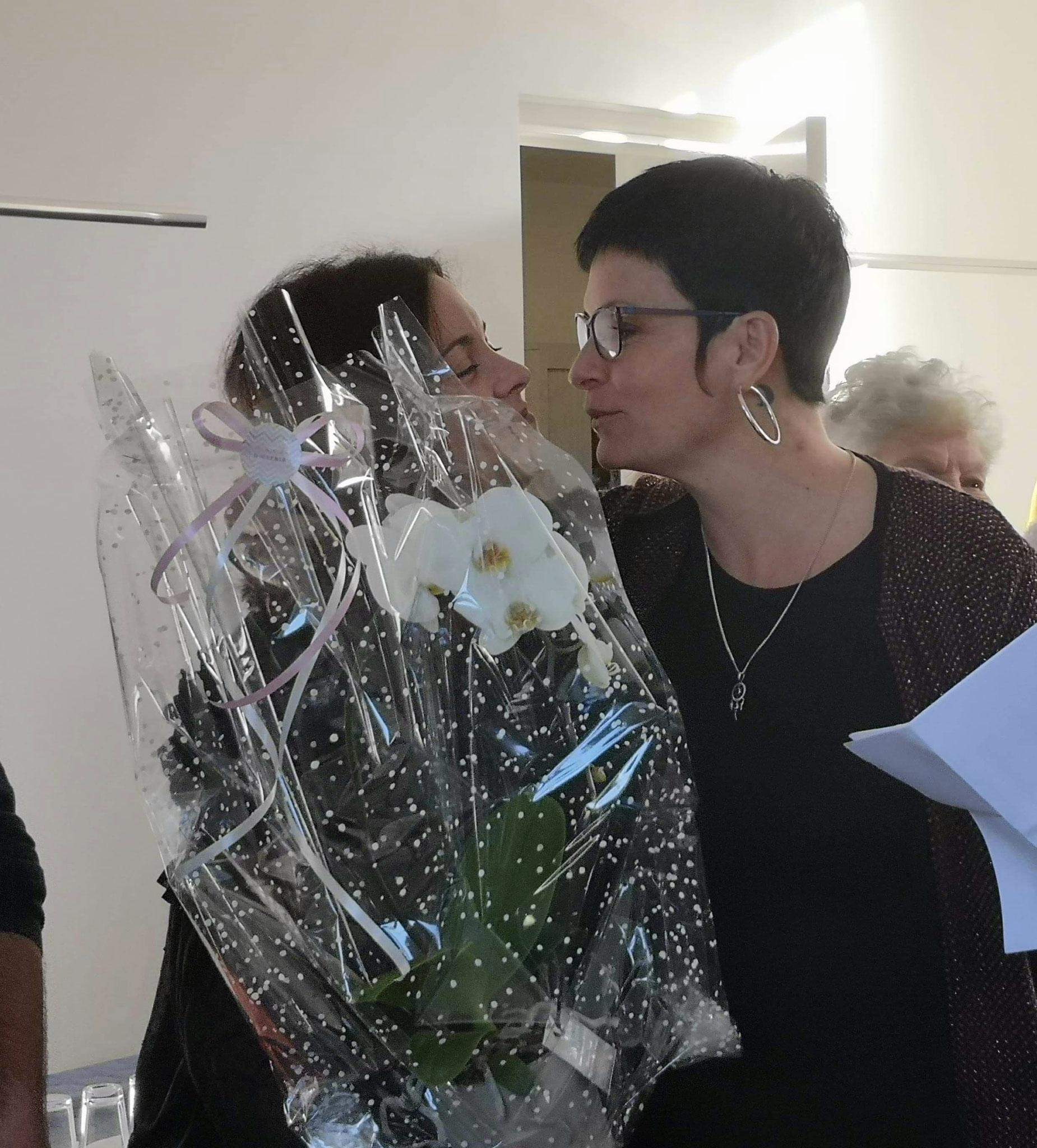 A gauche: Célia Blivet se voit offrir une plante des mains de la maire de la commune.