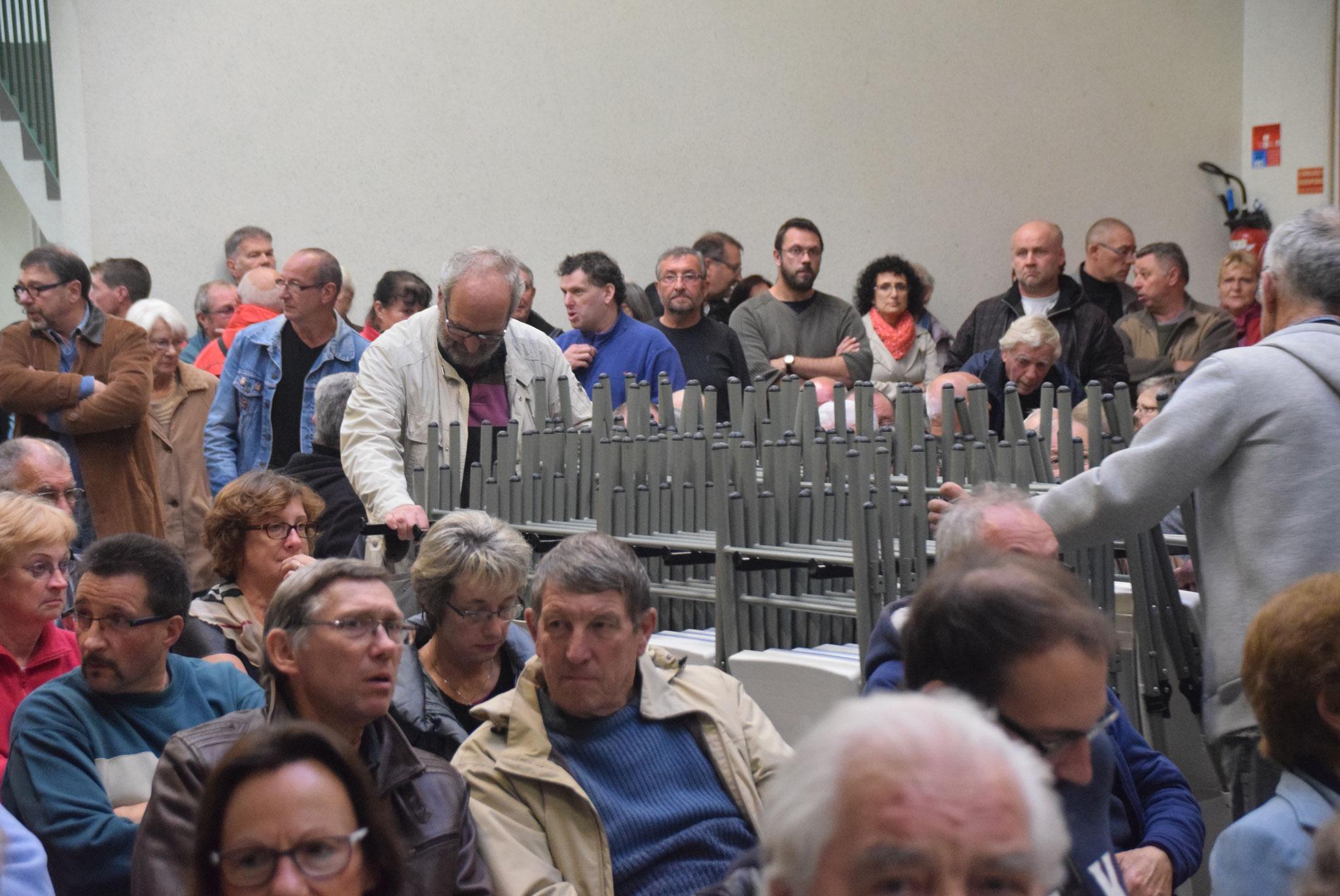 Le public s'est entassé dans la salle des fêtes.