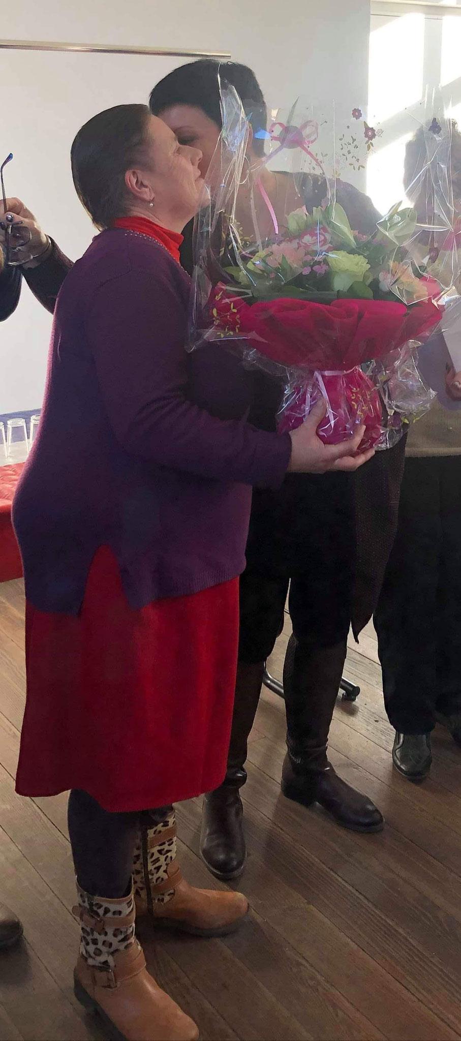 A gauche : Violaine Woimant reçoit également une plante des mains de Gaëlle Vaudé.