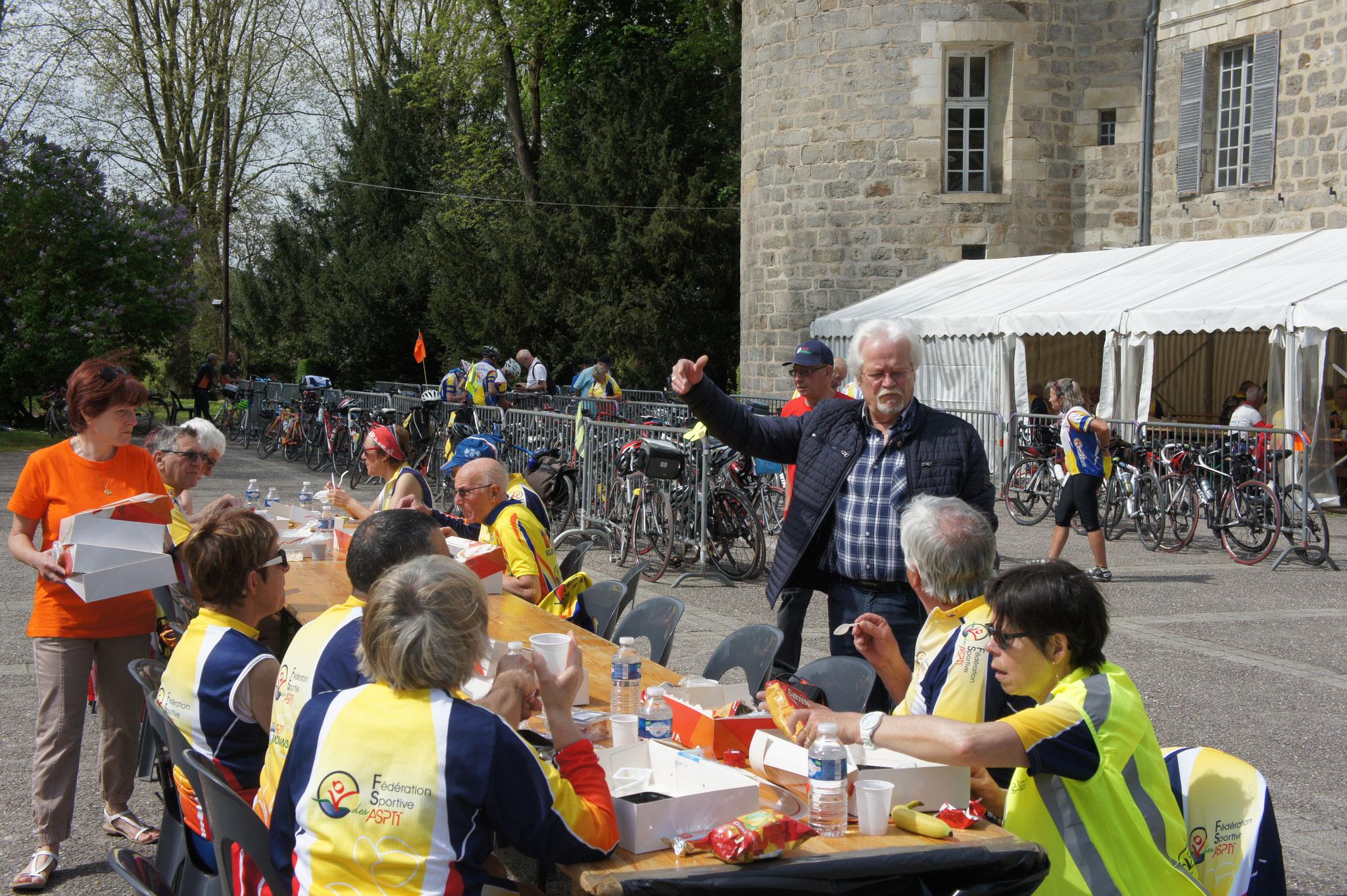Gérard Goin, 5ème adjoint en charge des fêtes, animations et cérémonies au sein du conseil municipal dormaniste, en compagnie de cyclos.