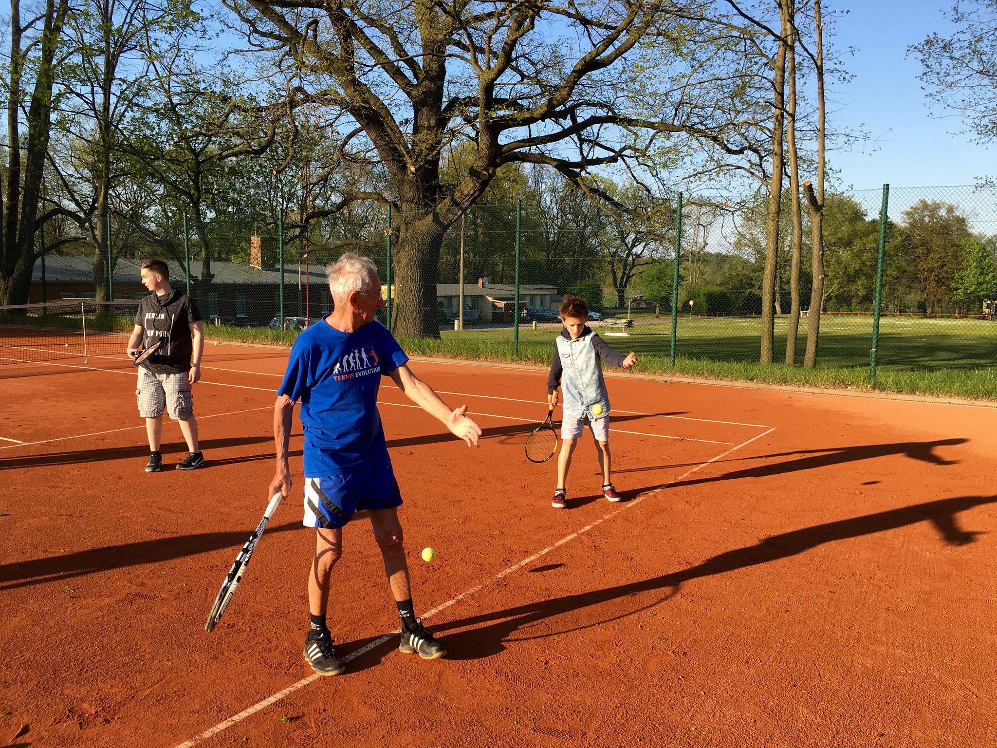 Alterspräsident Horst Schmidt zeigt der Jugend wie es geht!