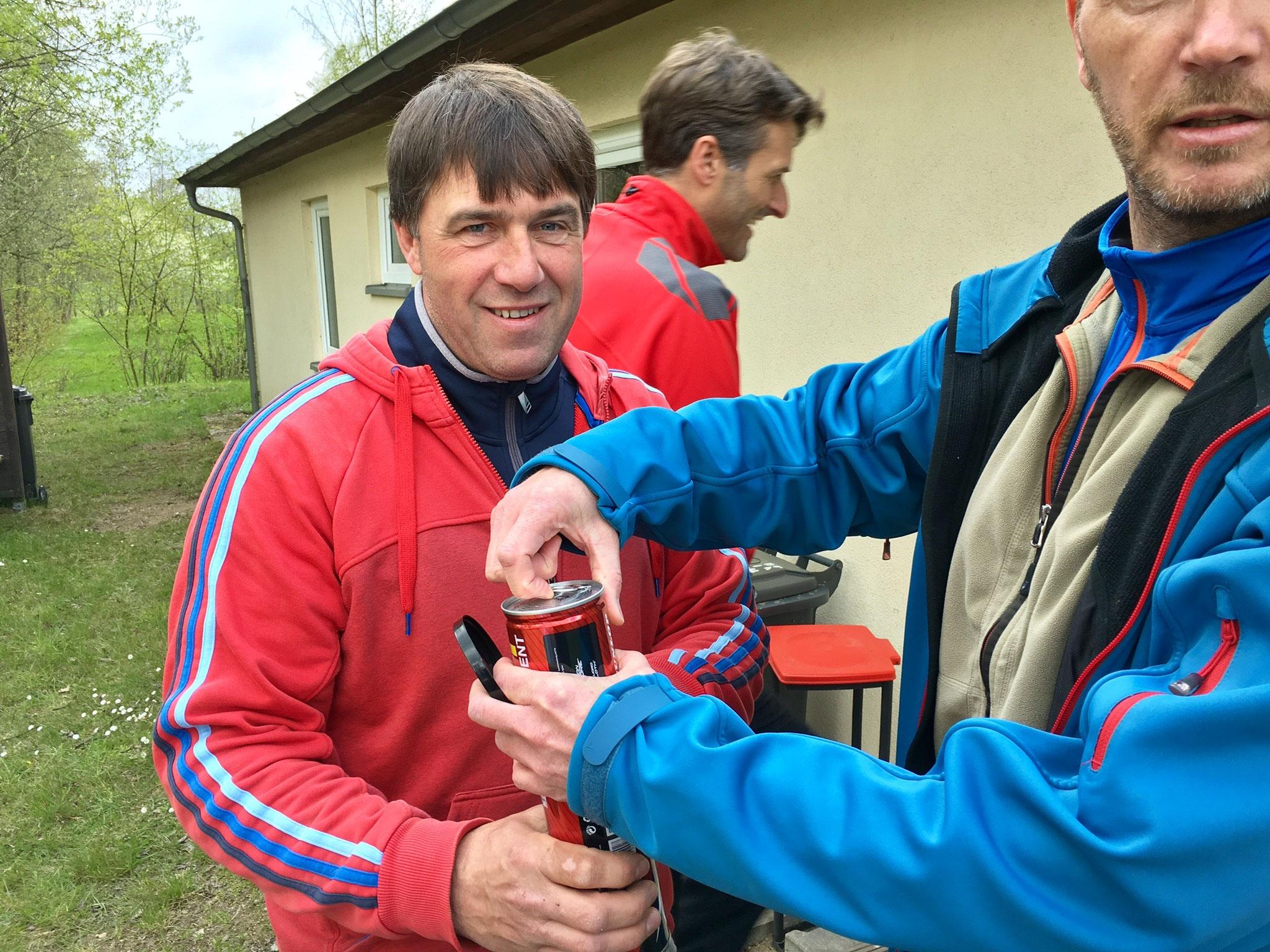 Matthias assistiert beim Öffnen der Turnierbälle