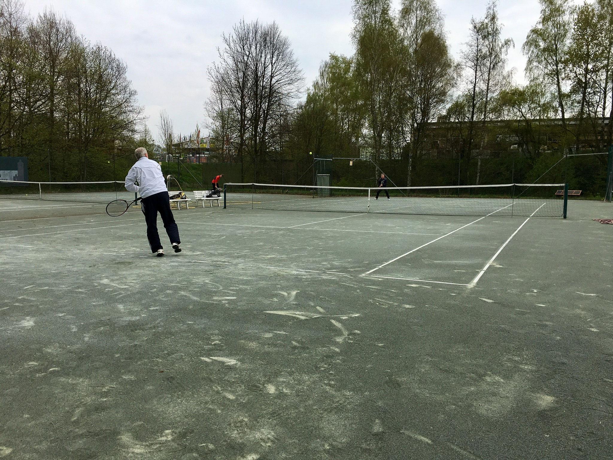 ungewöhnlich: die Tennisplätze besitzen einen grauen Sandbelag