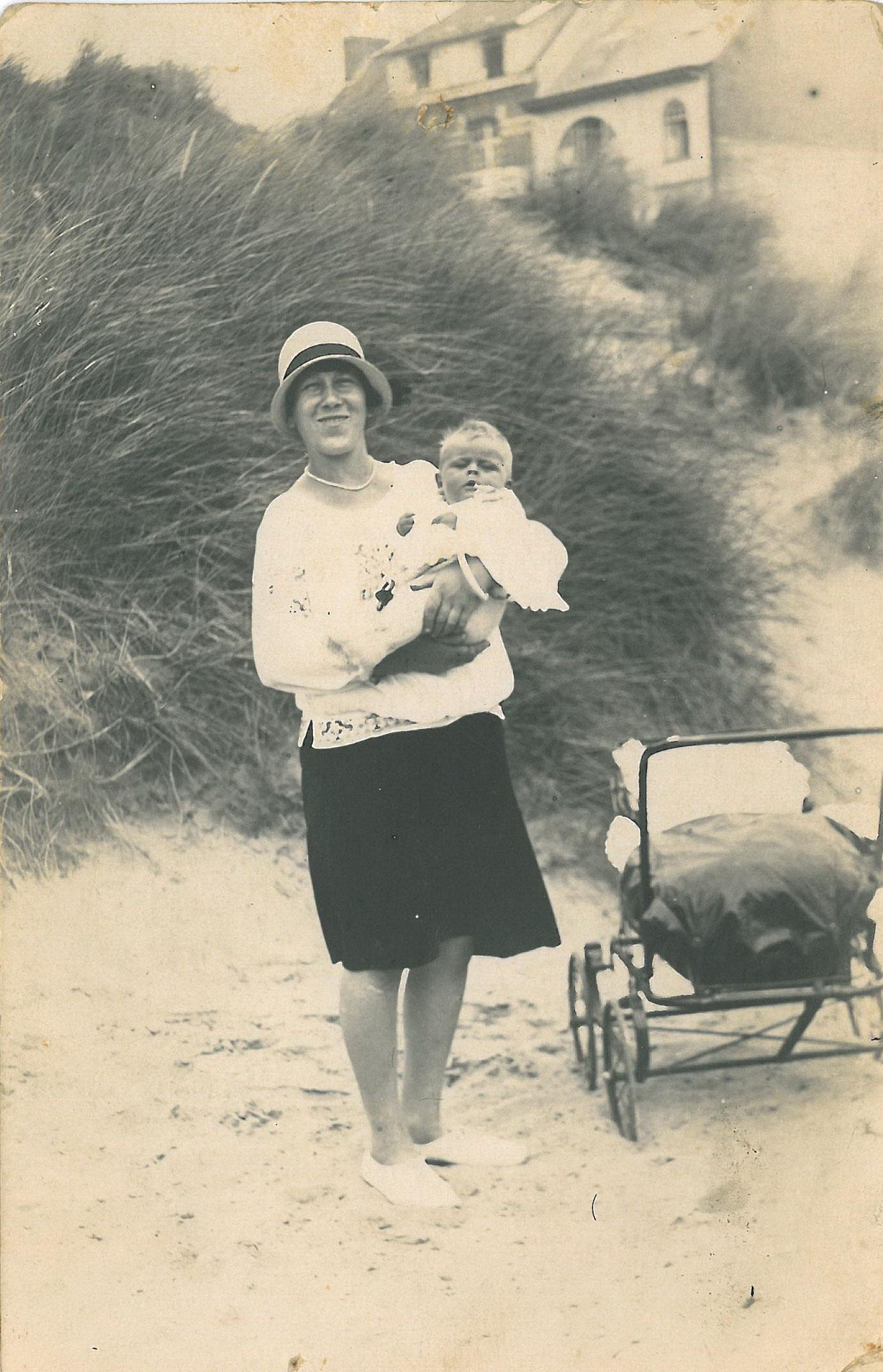 Martha mit Monette in den Dünen