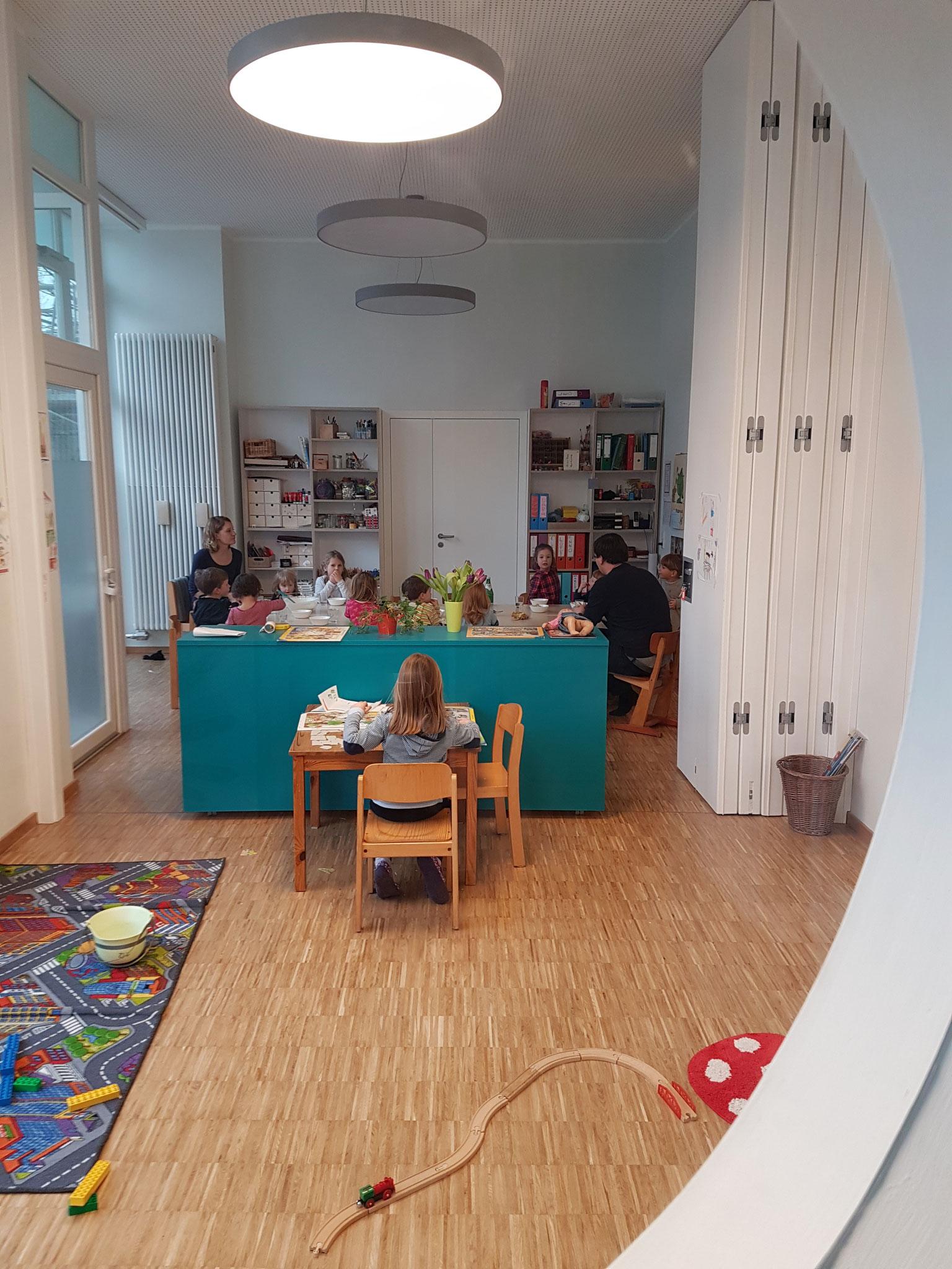 Blick in den großen Raum mit Spiel- und Essbereich