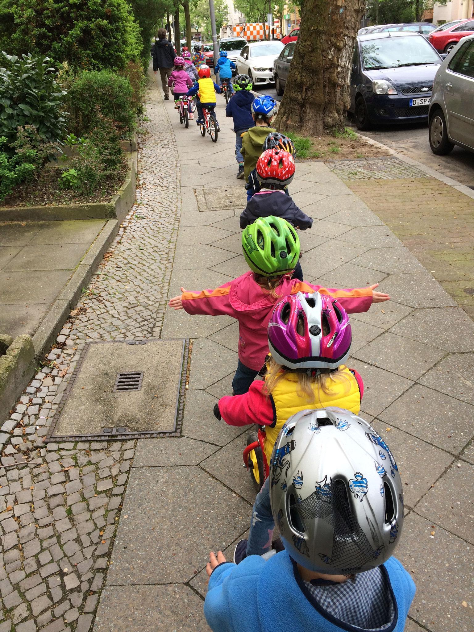Wir sind oft mit Laufrädern und Fahrrädern unterwegs