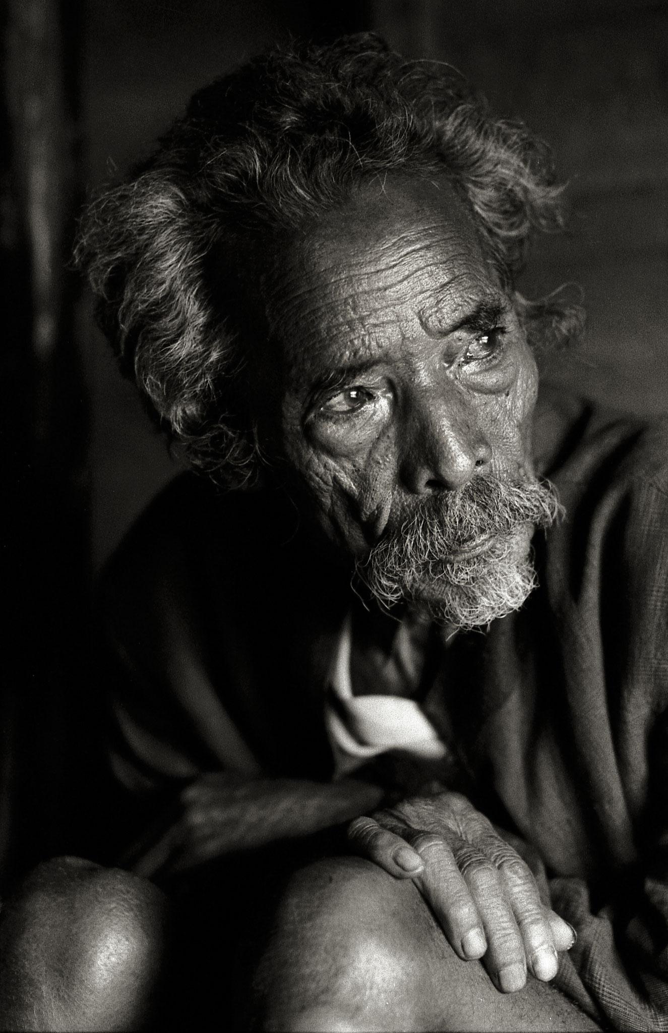 Richtig. sechs. Und eine junger Mann aus dem Dorf. Der Tigermann Joit Makri.