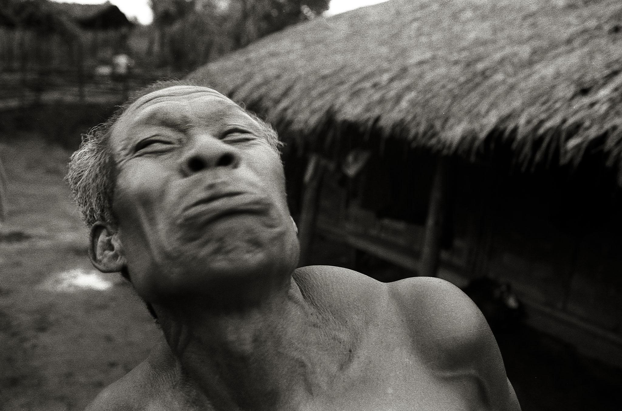 Dising Mariñ macht den Tiger. Im gewölbten Nackenmuskel steckt all seine Kraft, wie er sagt.