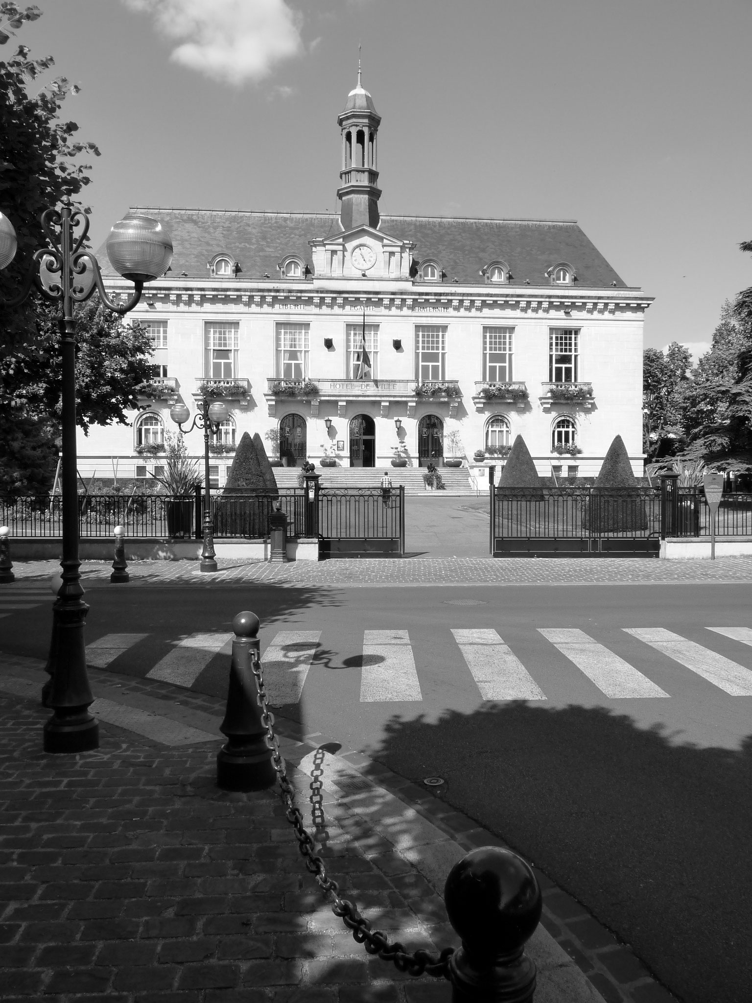 Mairie d'Aulnay en vertical - photo - Constant JOSSE