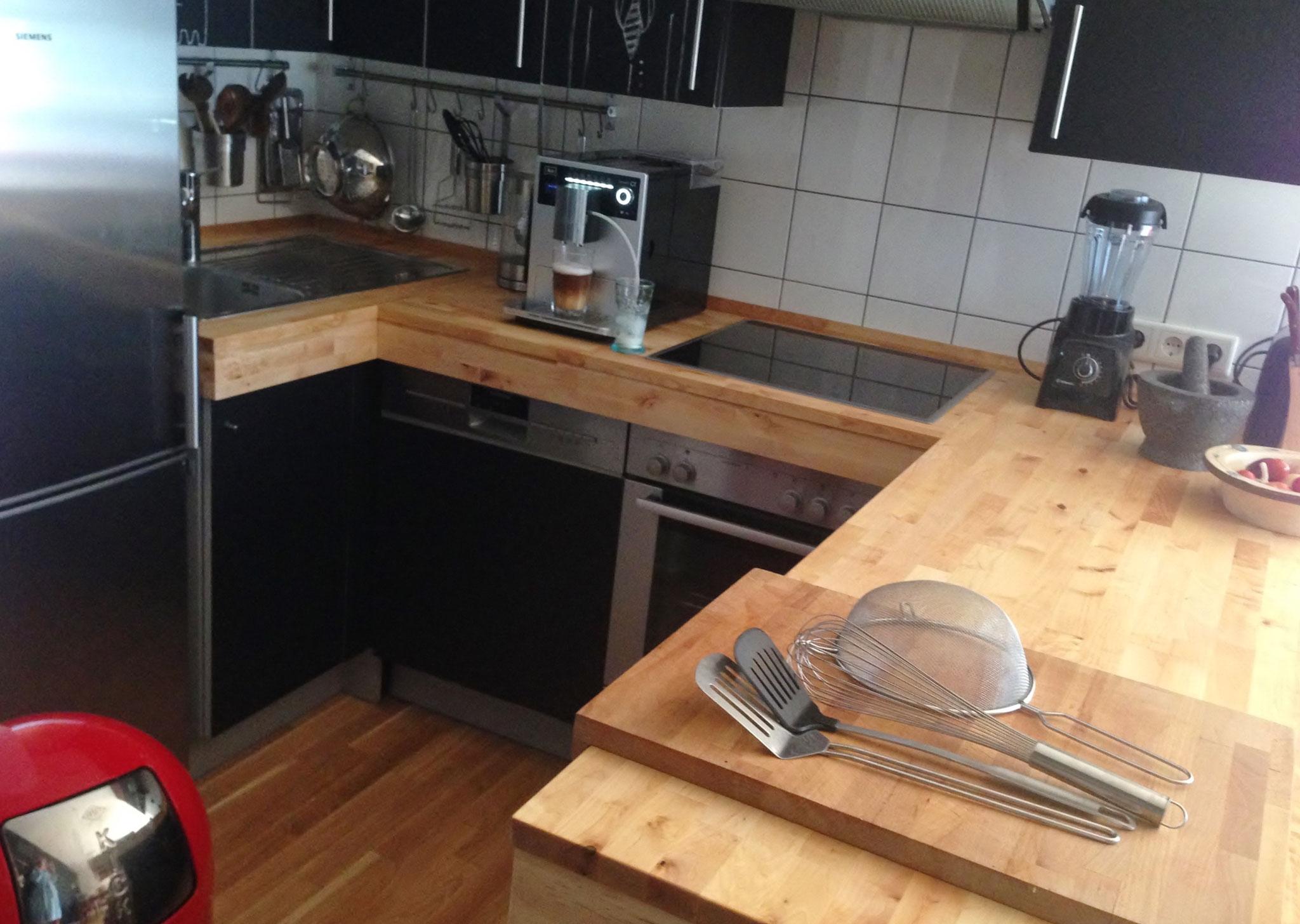 Individuelle Küche mit erhöhter Arbeitsplatte