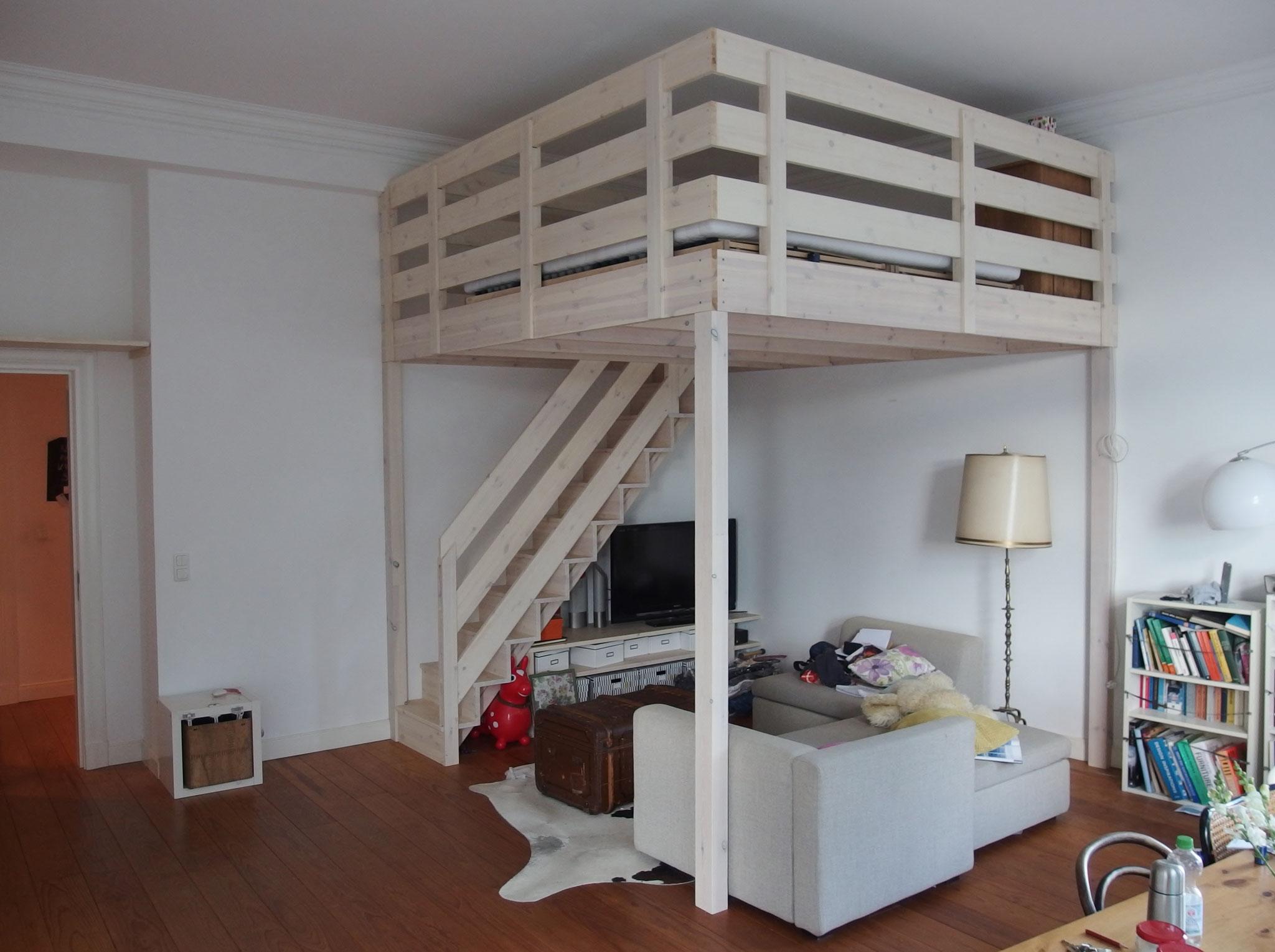 Hochbett mit Treppe, Geländern und Einbauten