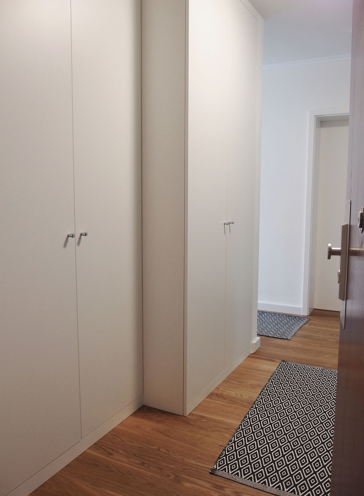 gestufter Garderobenschrank im Eingangsbereich