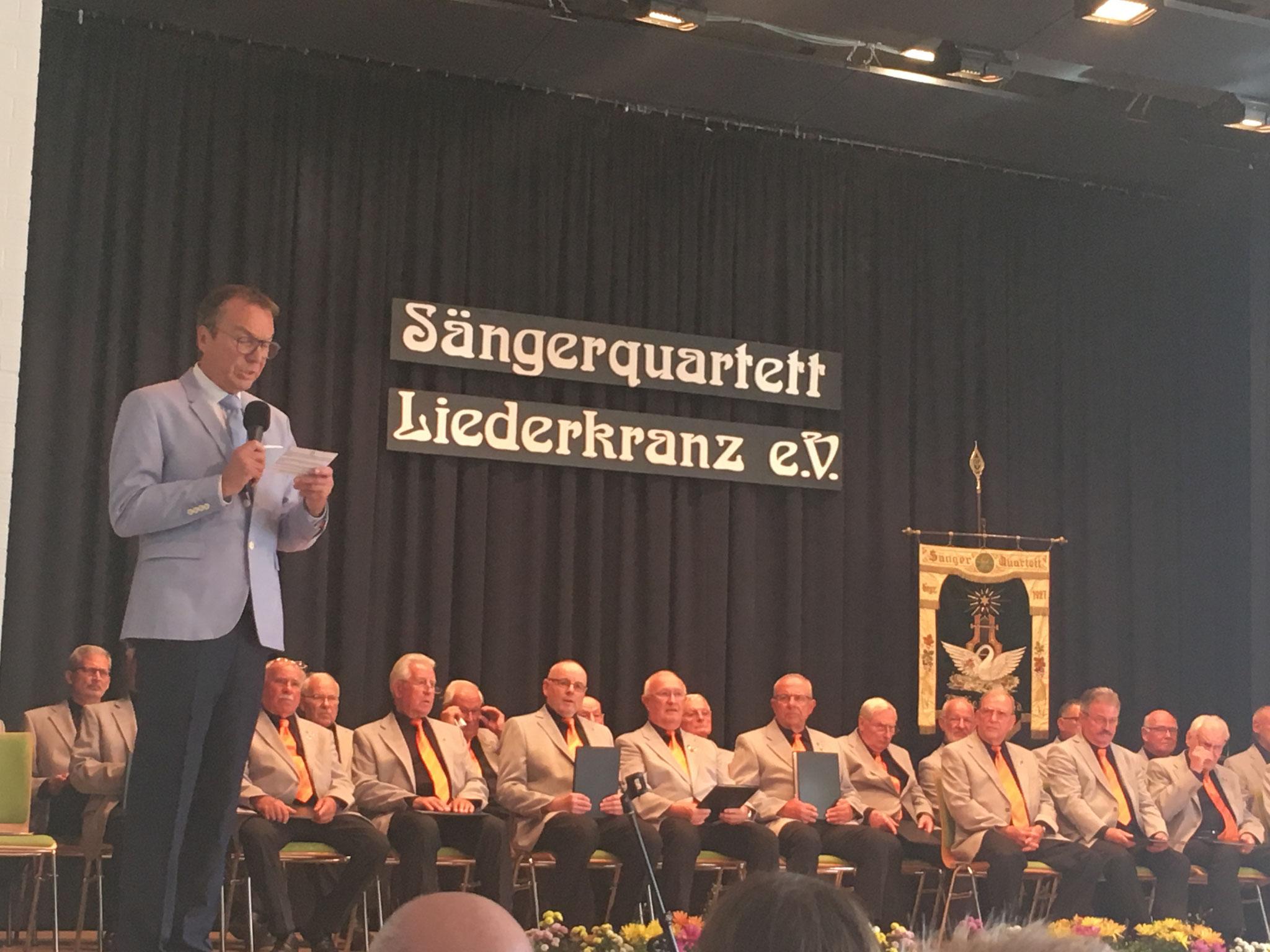 Moderator Rudi Jäger führt mit vielen interessanten Informationen durch das umfangreiche Programm