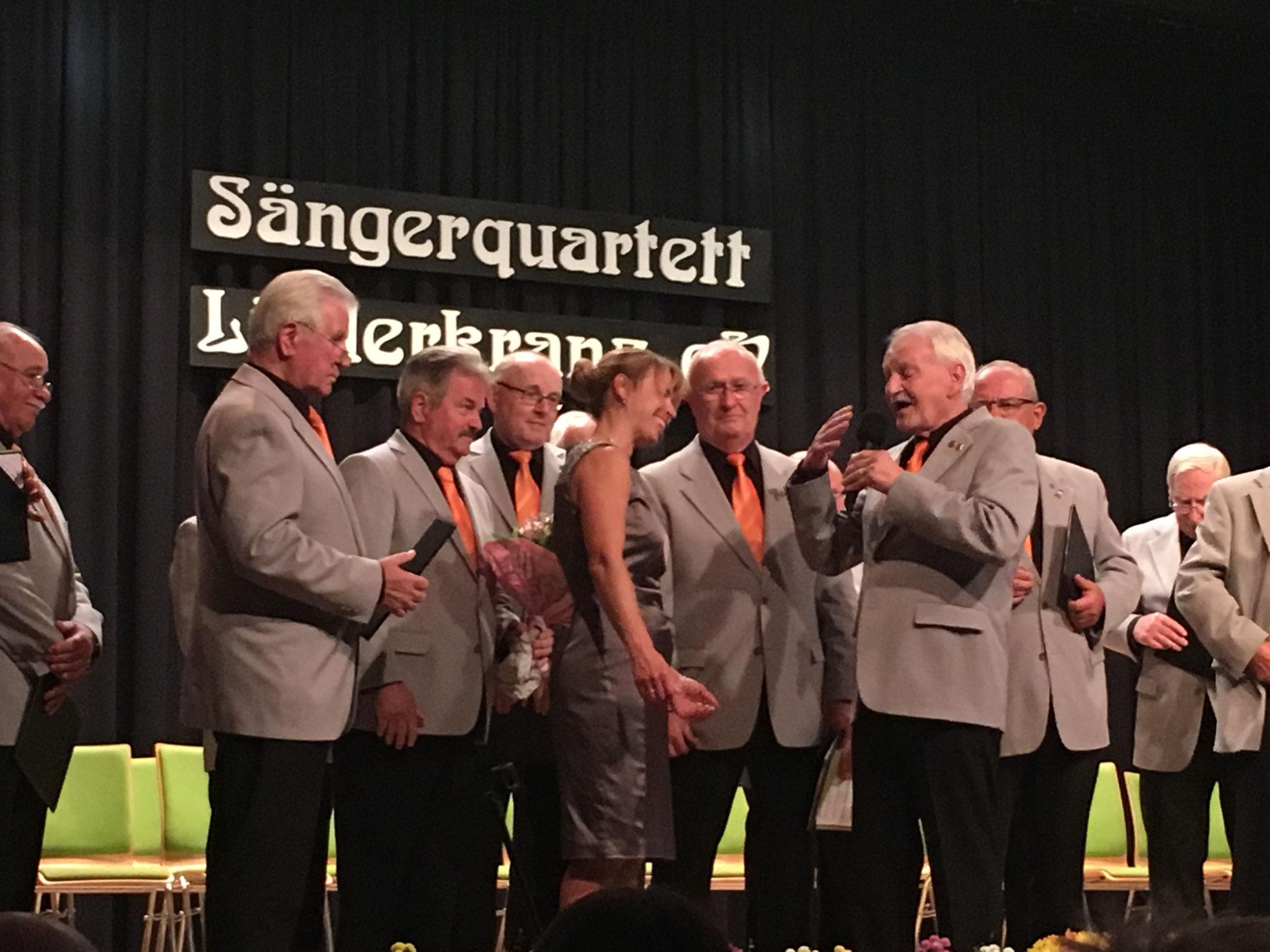 Vorsitzender Gerd Bauer bedankt sich bei Bärbel Bartonitz