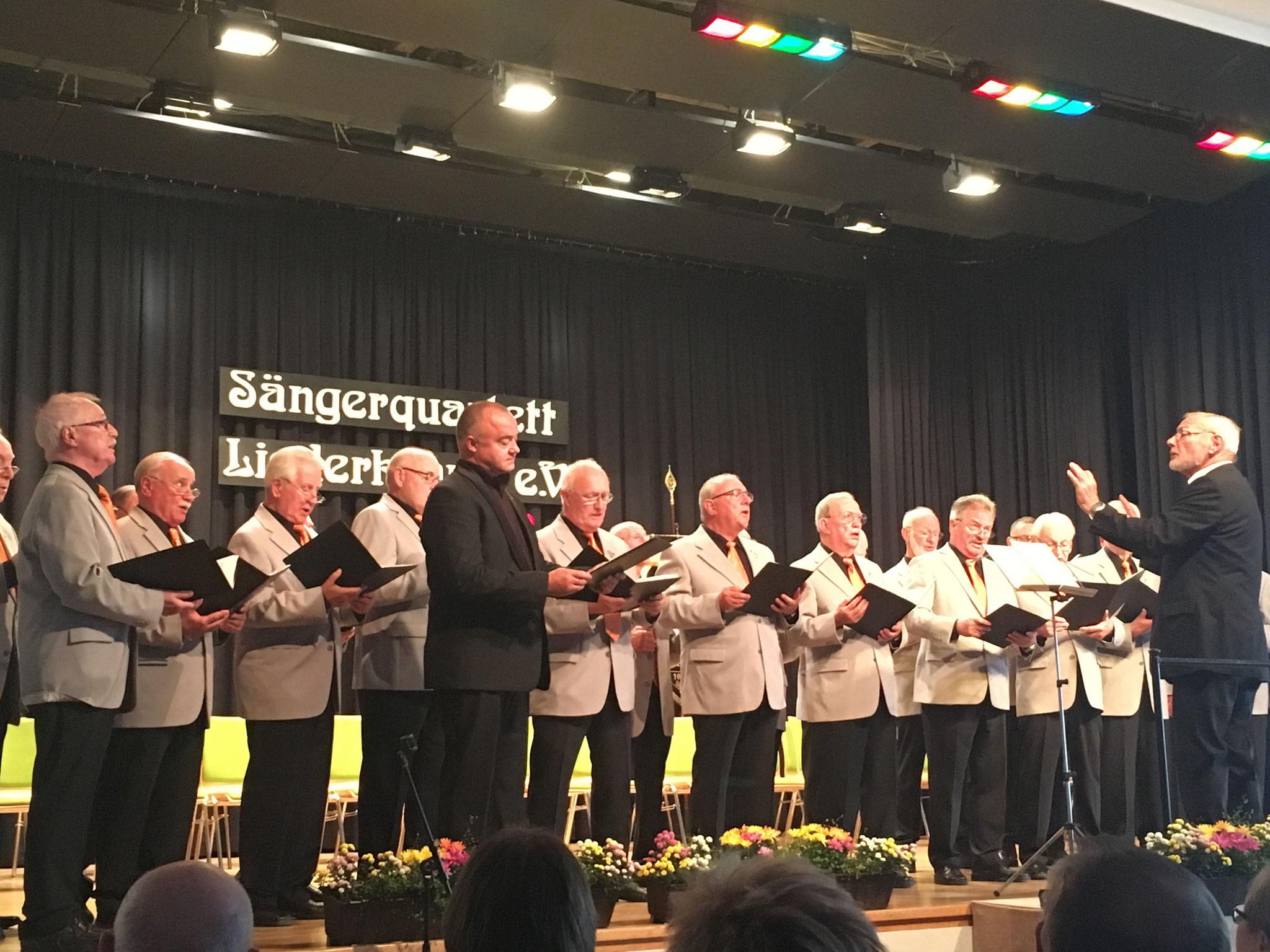 Steffan Zier gemeinsam mit dem Chor