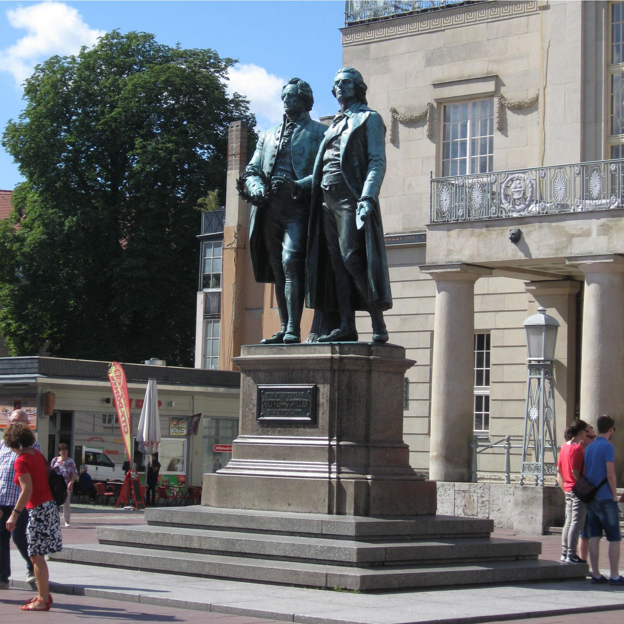 Die Herren Goethe und Schiller am Theaterplatz