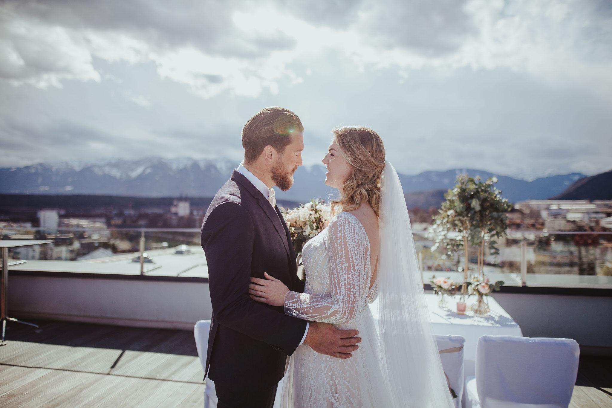 Brautpaar auf der Dcachterasse - © Christina Supanz