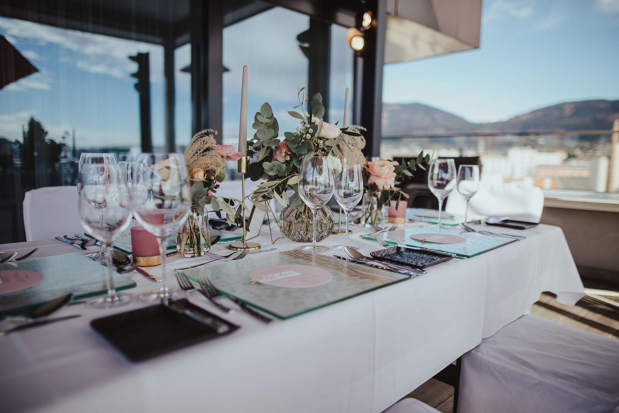 Gedeckte Hochzeitstafel am Dach des Holiday Inn & Congress Center Villach  - © Christina Supanz
