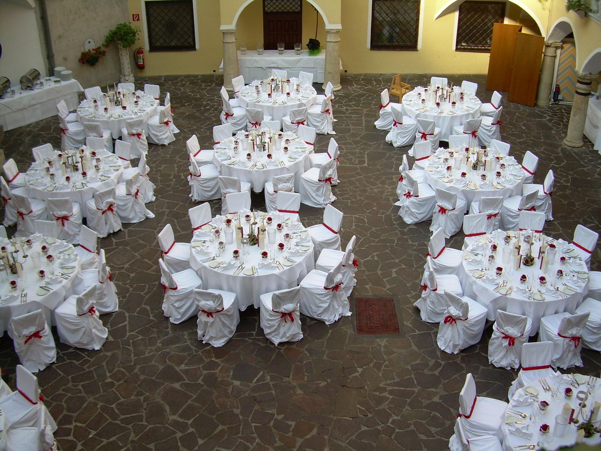 Hochzeitstafel Innenhof Schloss Weikersdorf