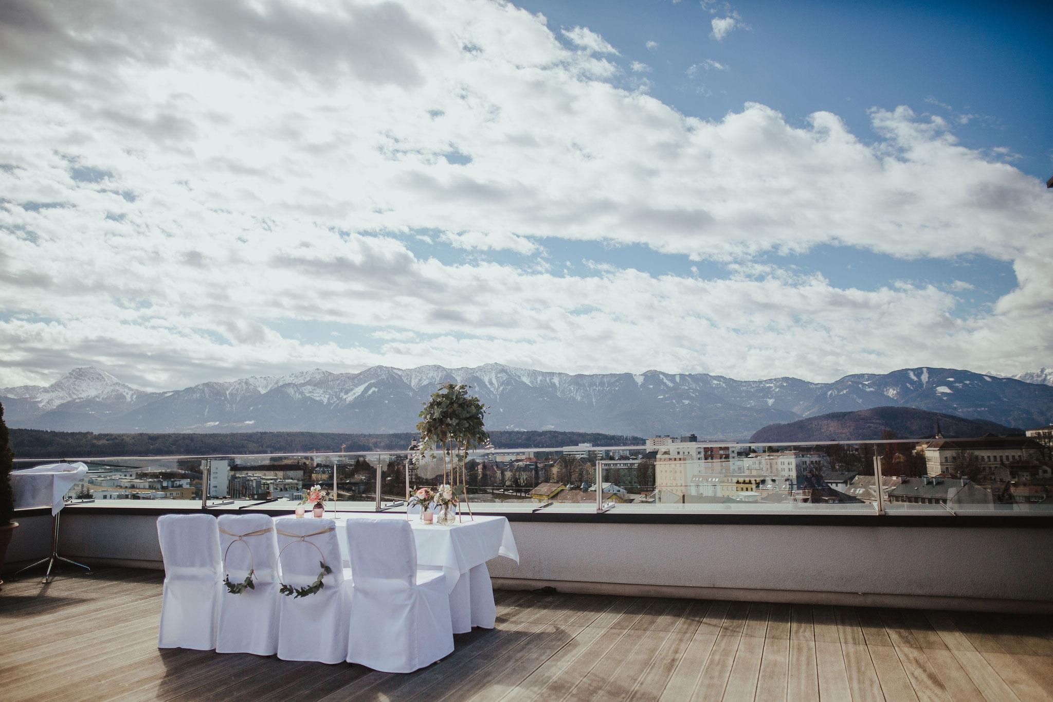 Trauungstisch mit Blick auf die Berge - © Christina Supanz