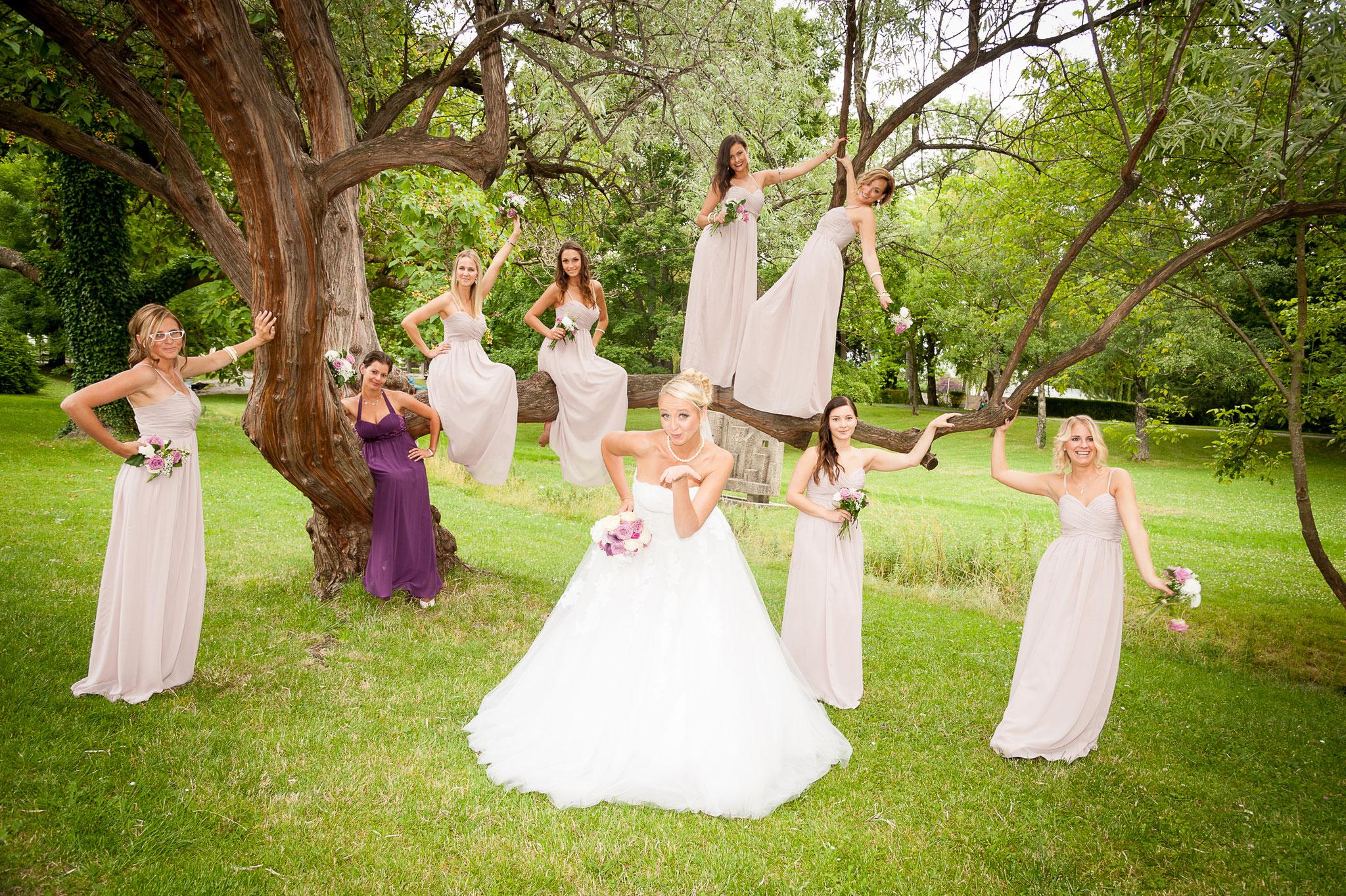 Tolle Fotomotive in der Natur. Braut mit ihren Brautjungfern