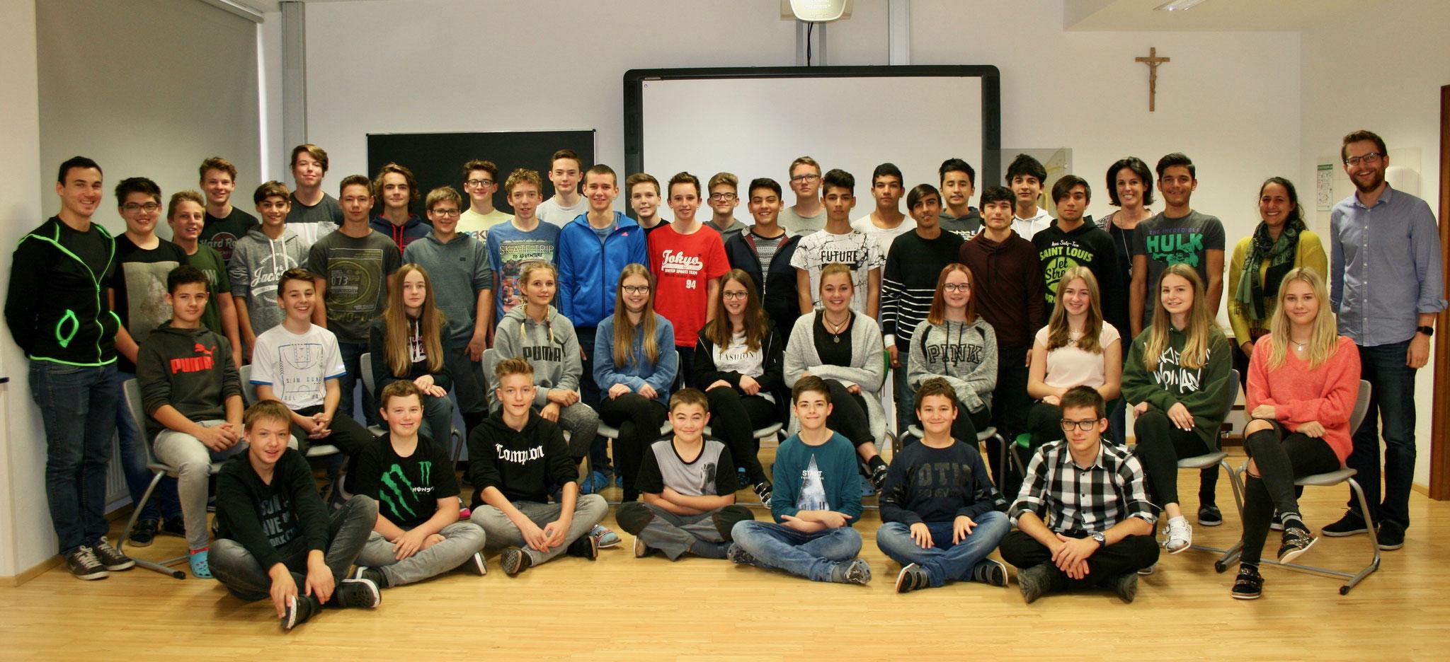 Schülerinnen und Schüler mit Lehrpersonen