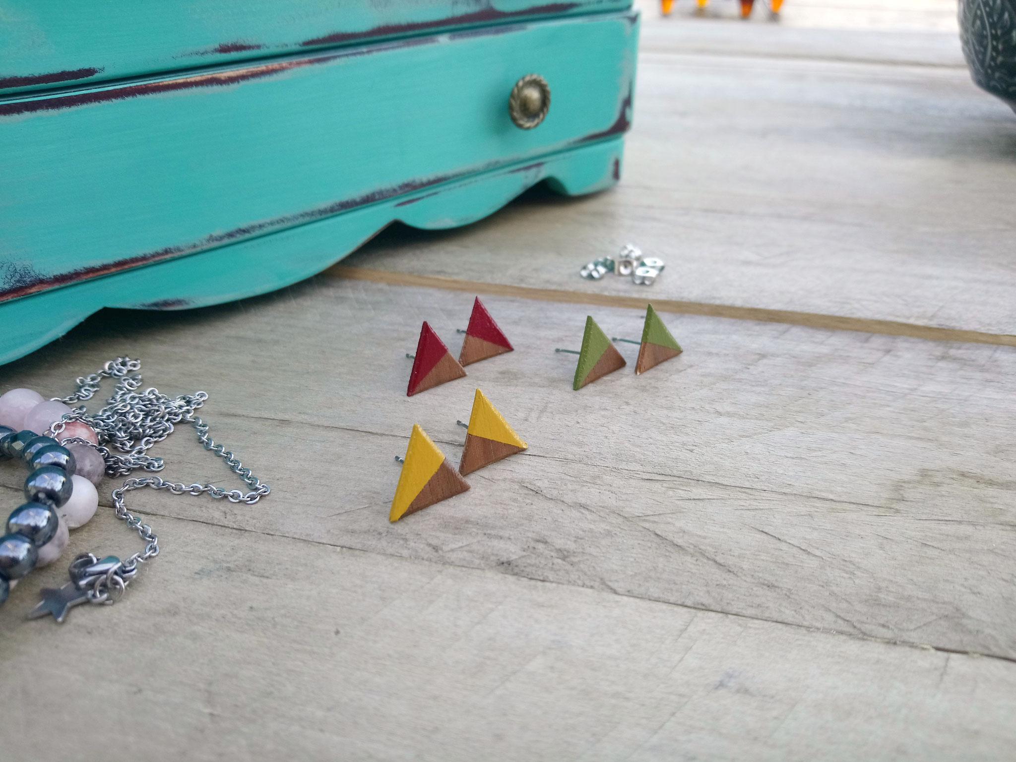 """Minis triangles """"puces / studs"""" en bois avec tiges en acier inoxydable"""