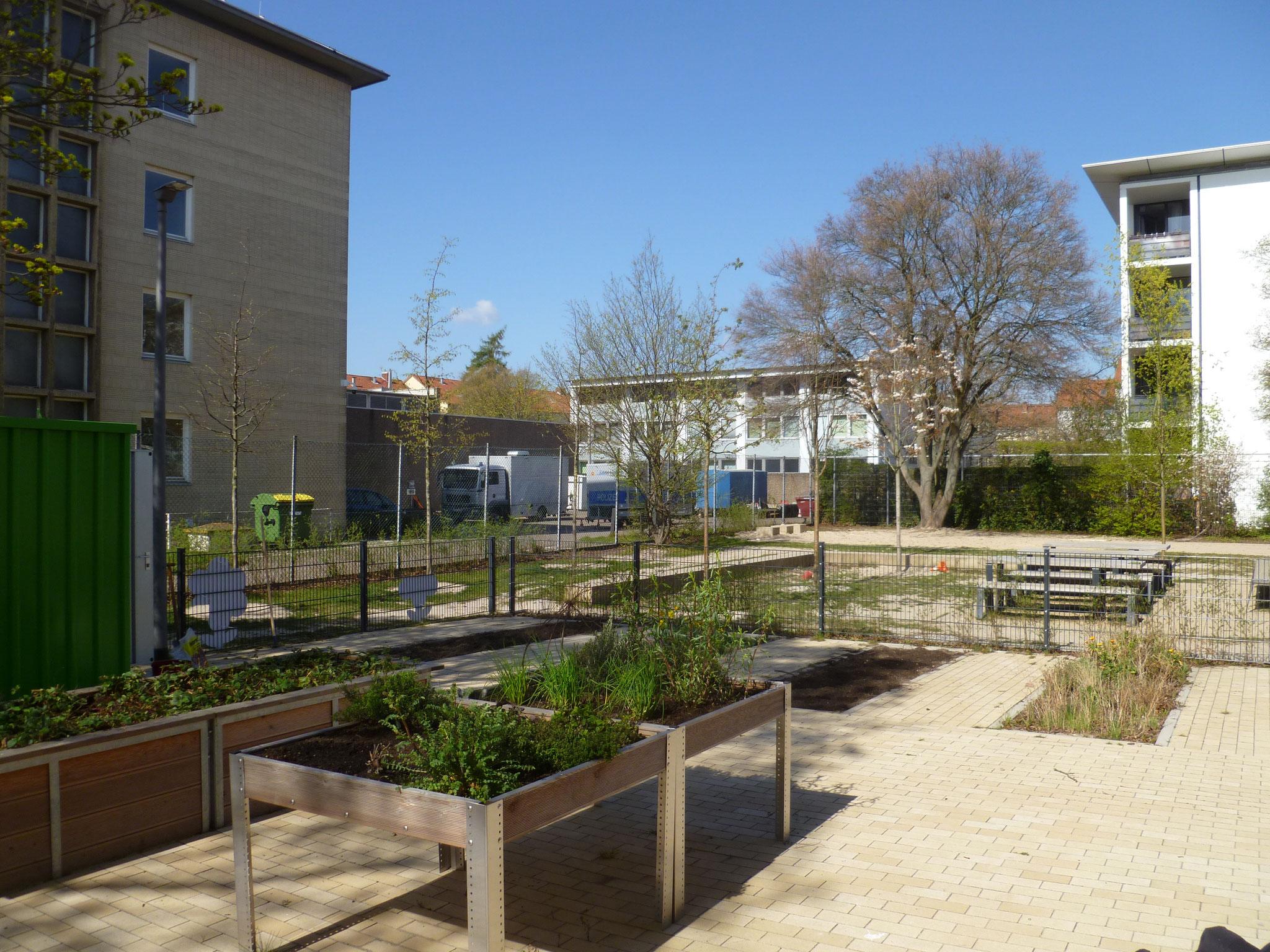 Einen kleinen Schulgarten gibt es auch.
