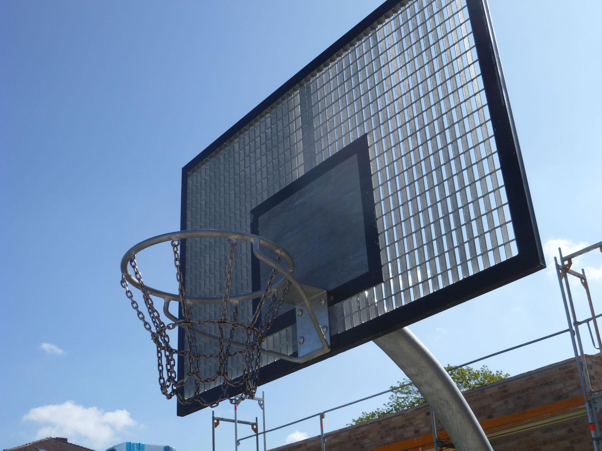 ... und einen Basketballplatz.