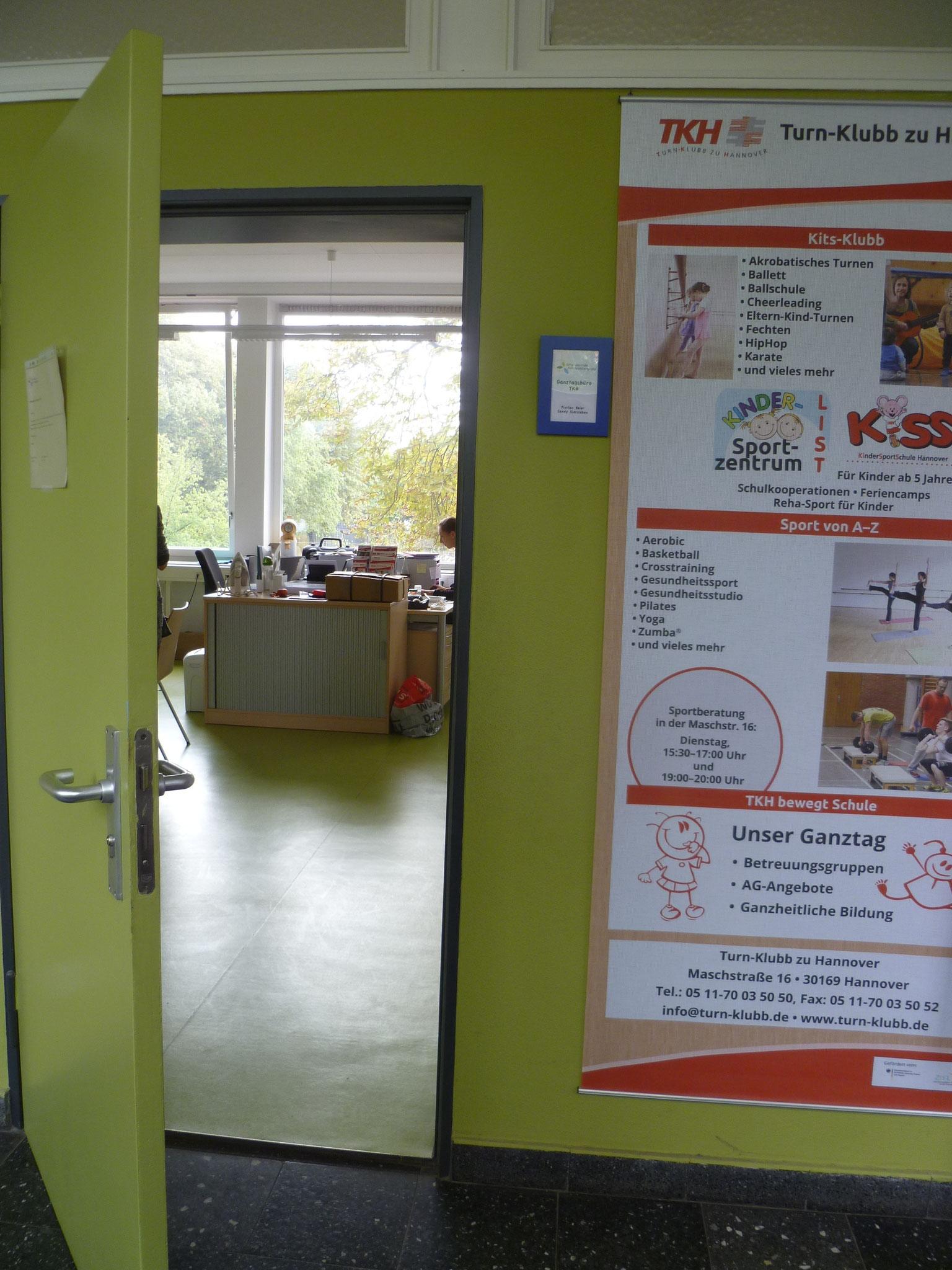 Das Büro des TKH findet man direkt gegenüber vom Verwaltungstrakt hinter der 1. Tür.
