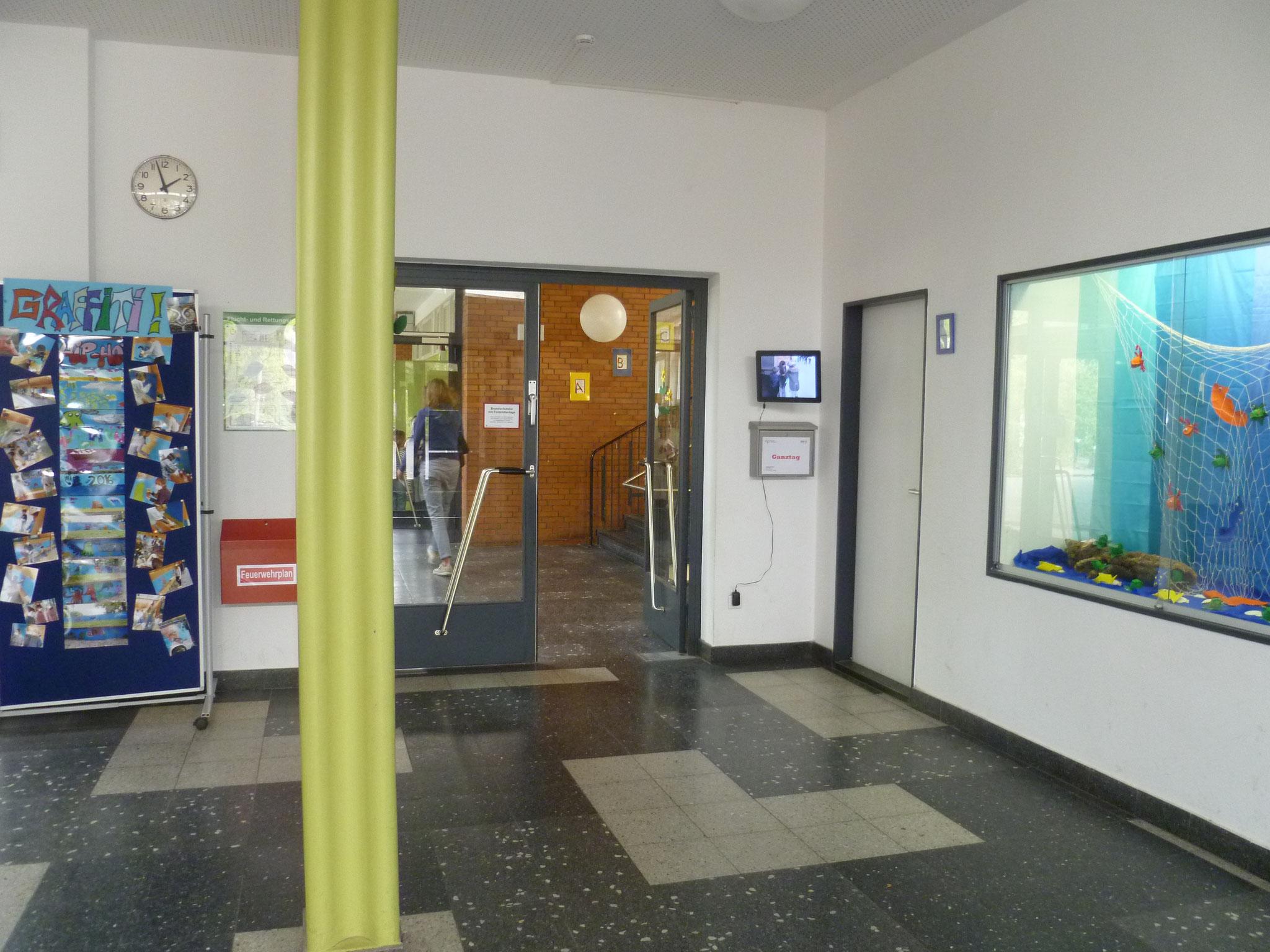In der Eingangshalle ist eine große Tür, dort geht es weiter ...