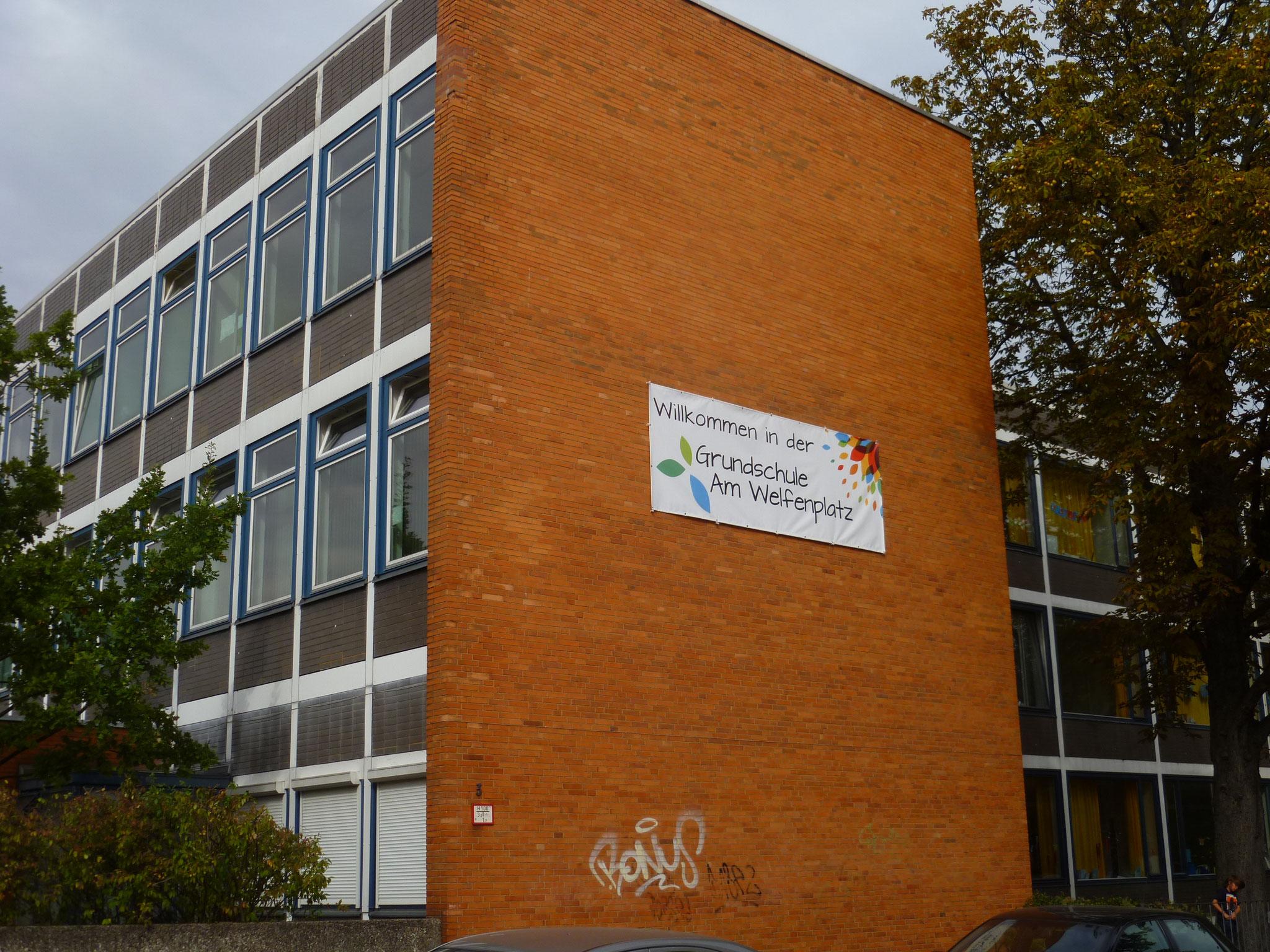 Unsere Schule von außen - die Seite, ...