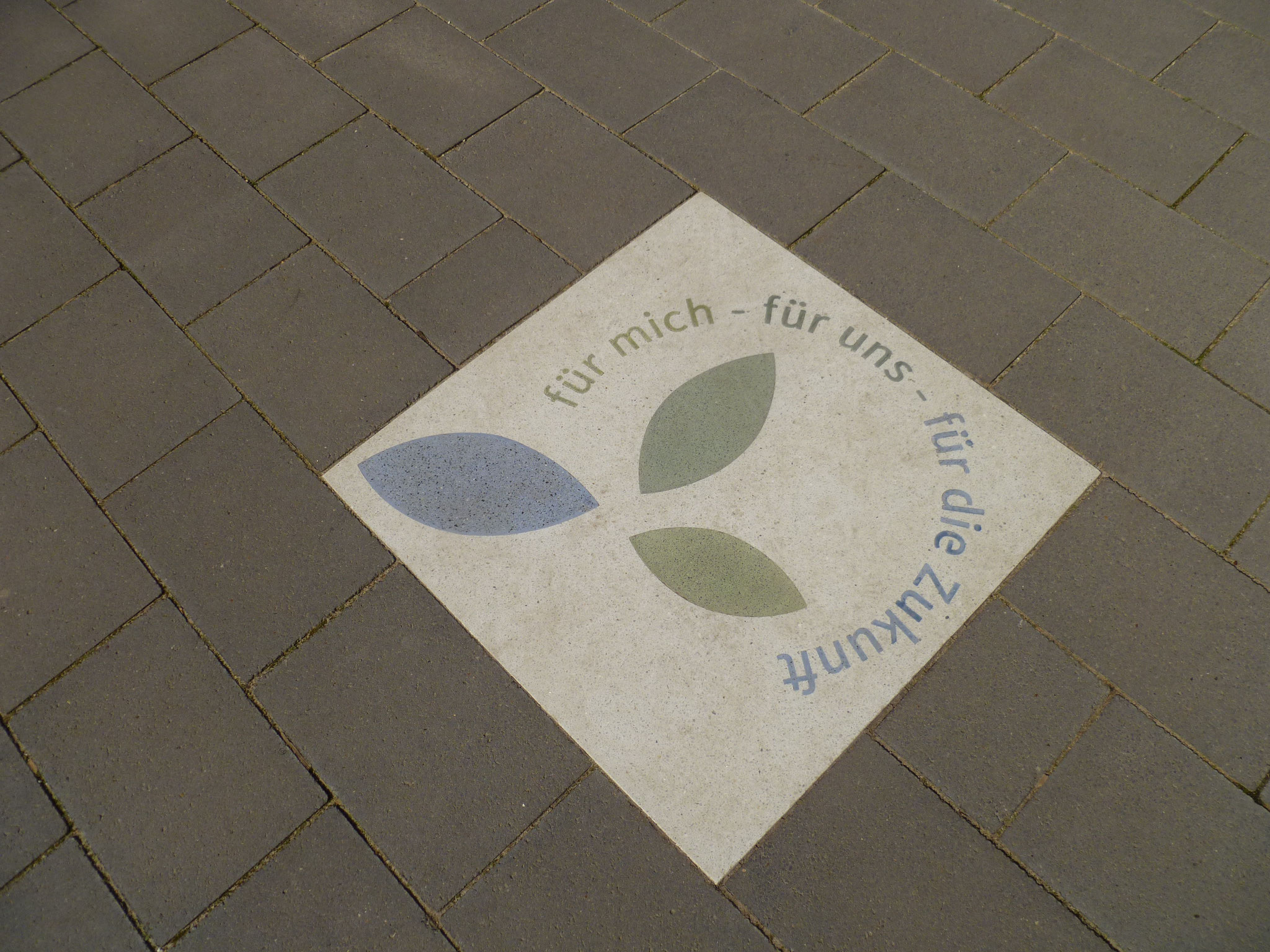 Im Boden eingelassen ist unser Logo.