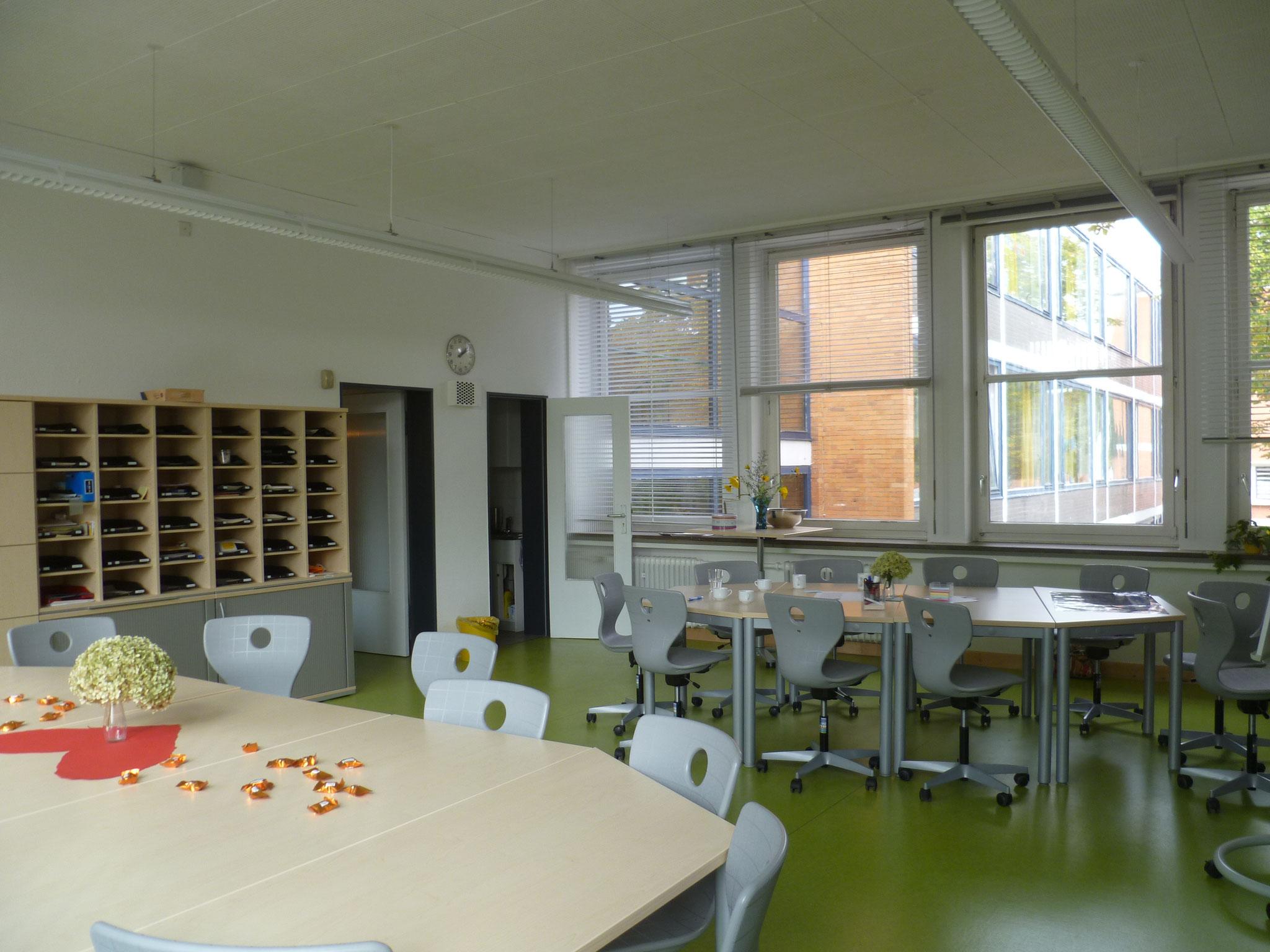 Das Lehrerzimmer ist hier auch, ...