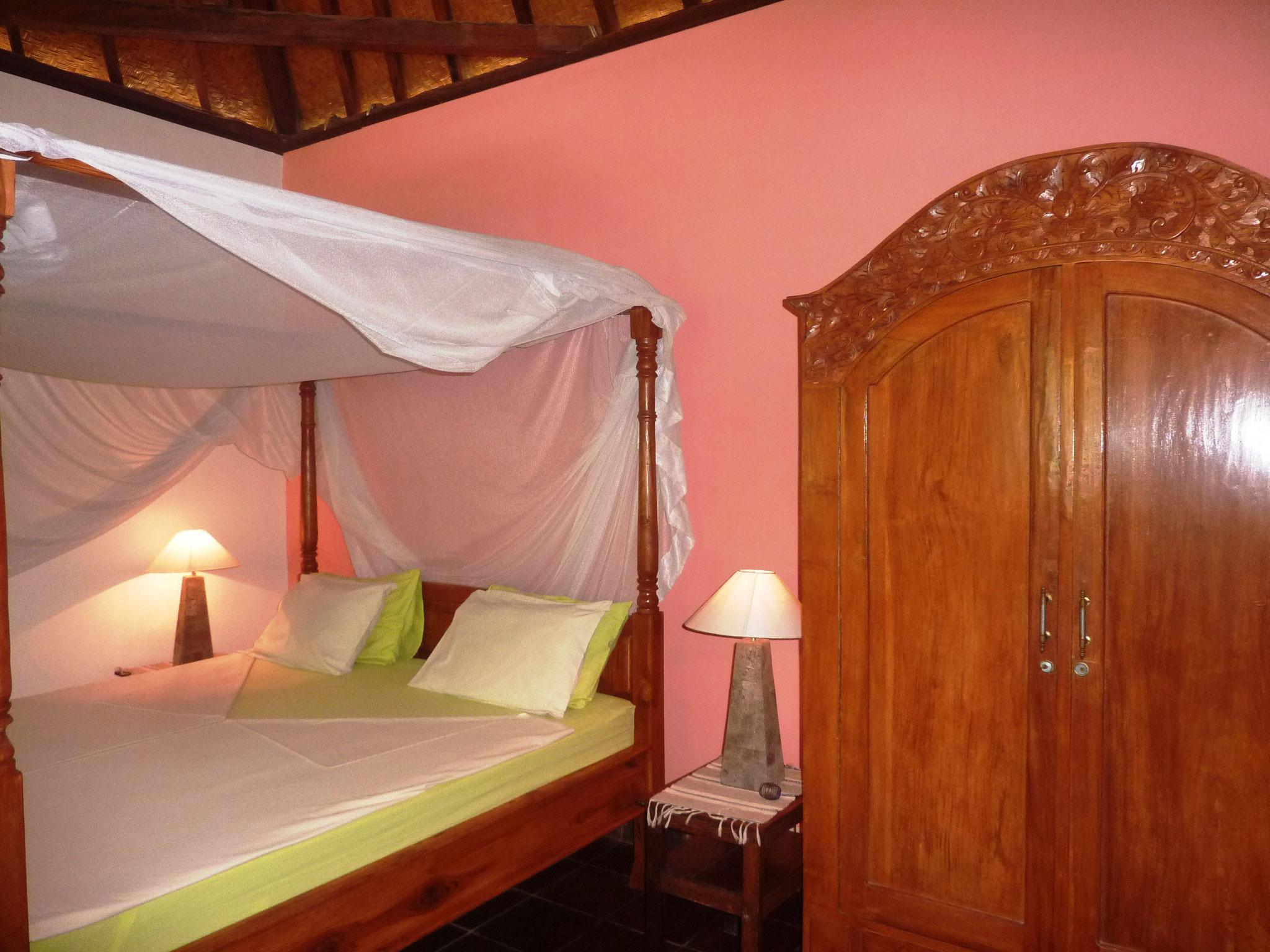 das Zimmer des kleinen Bungalows, mit Deckenventilator