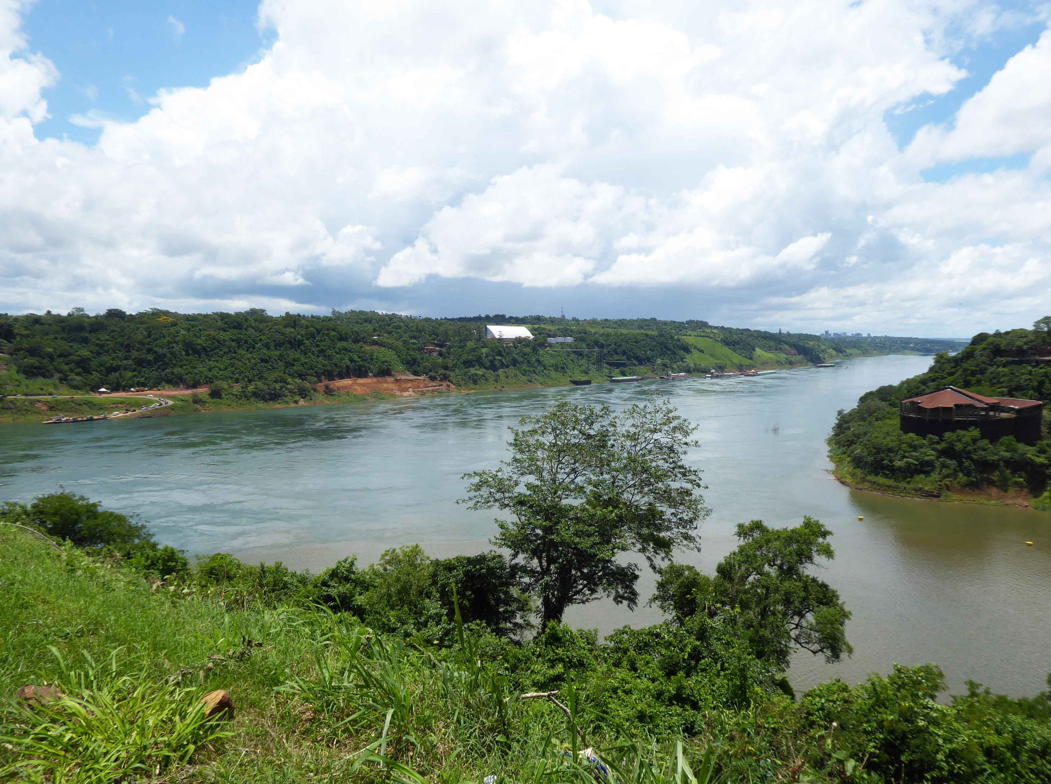 Depuis l'Argentine, en face le Paraguay et à droite le Brésil séparés par le rio Parana