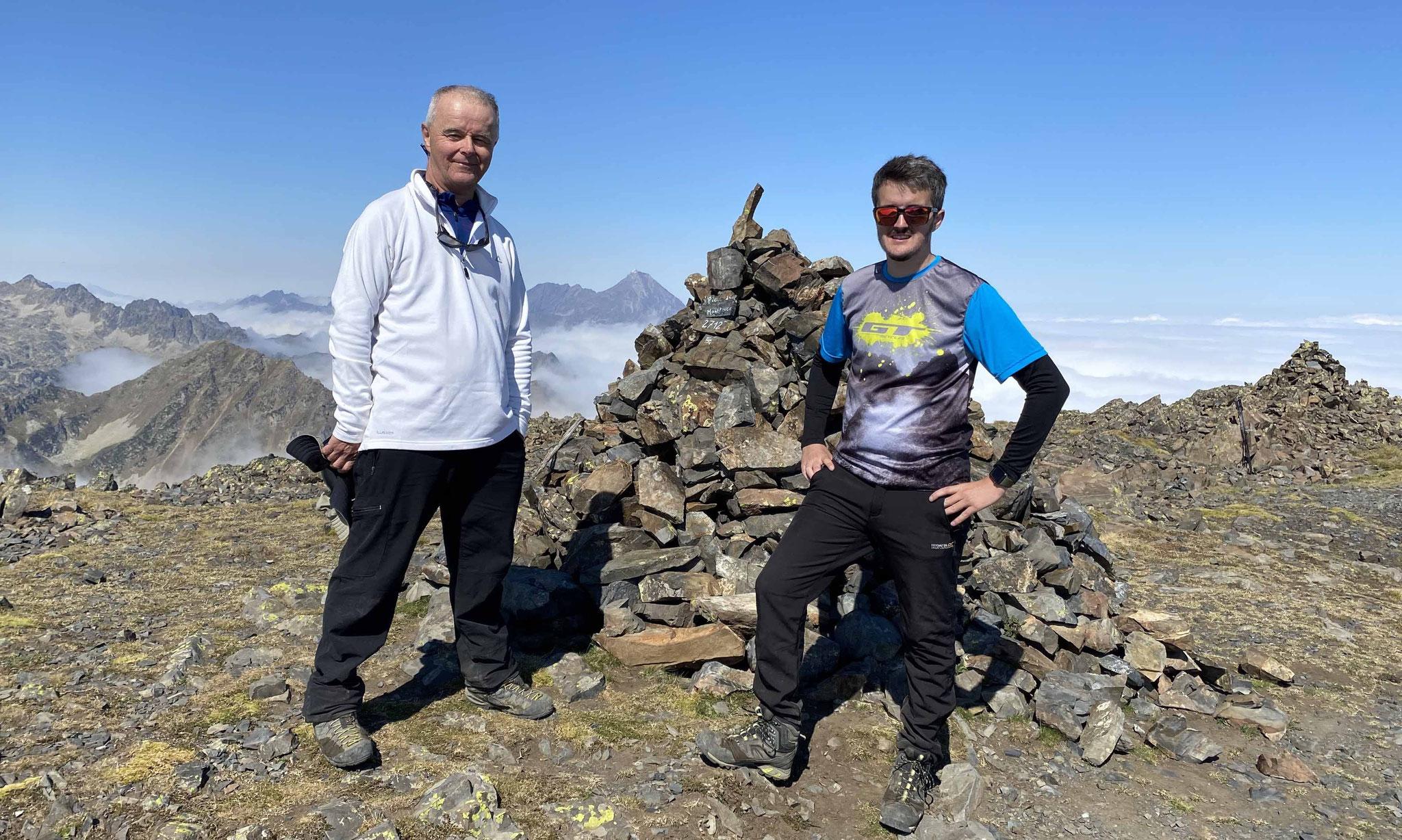 Au sommet... un 2712 m bien mérité pour Michel, Mathieu et Neika
