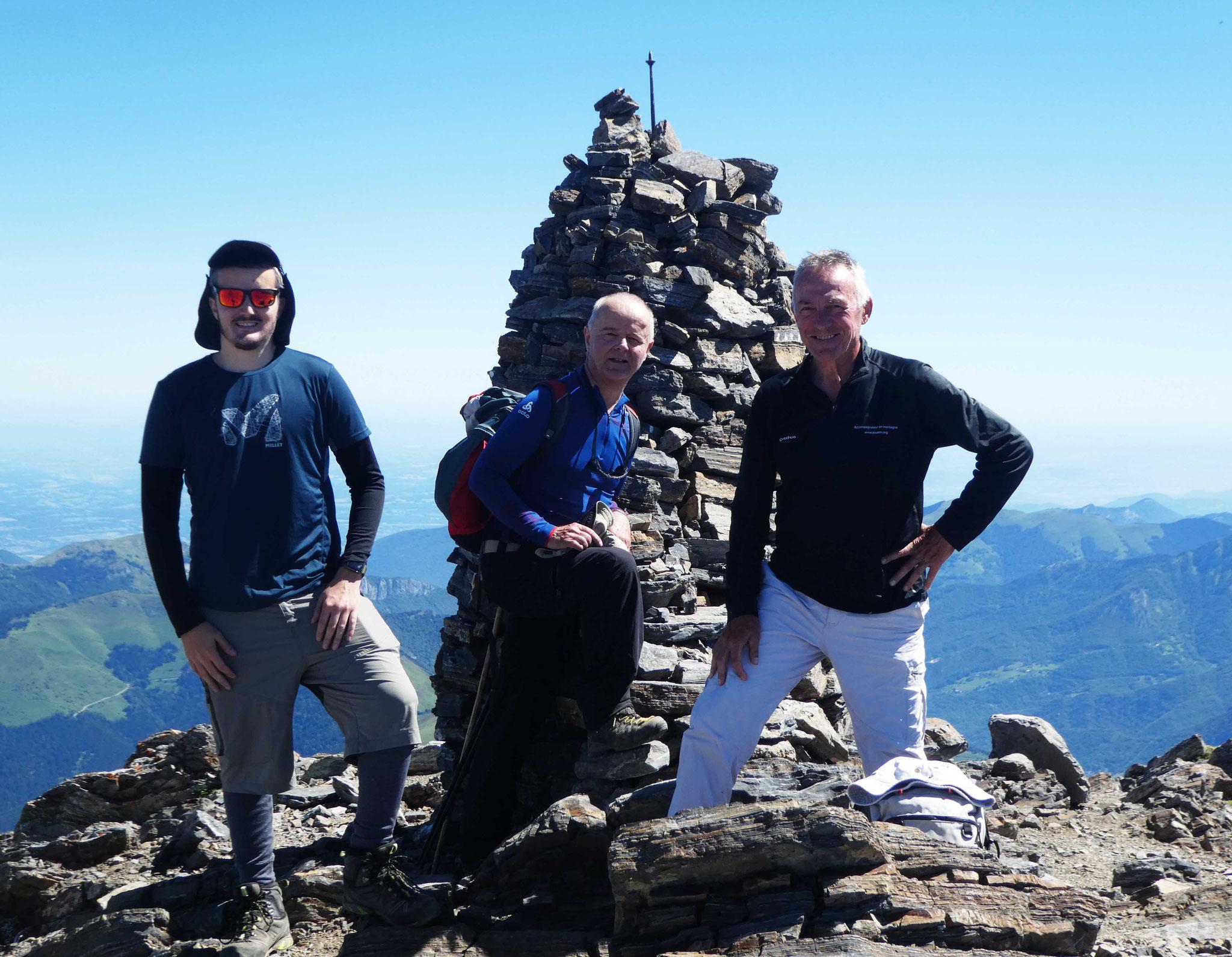 Heureux de notre ascension auprès du cairn sommital principal
