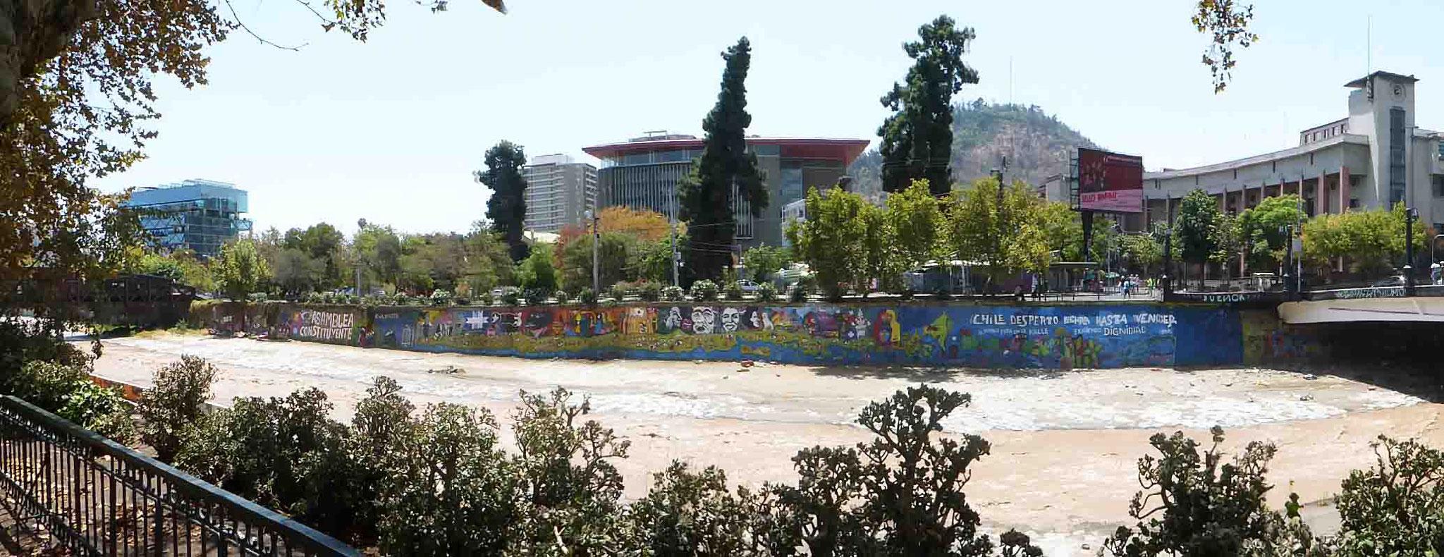 Au pied du Cerro San Cristóbal, les stigmates des revendications populaires sur les berges du rio Mapocho