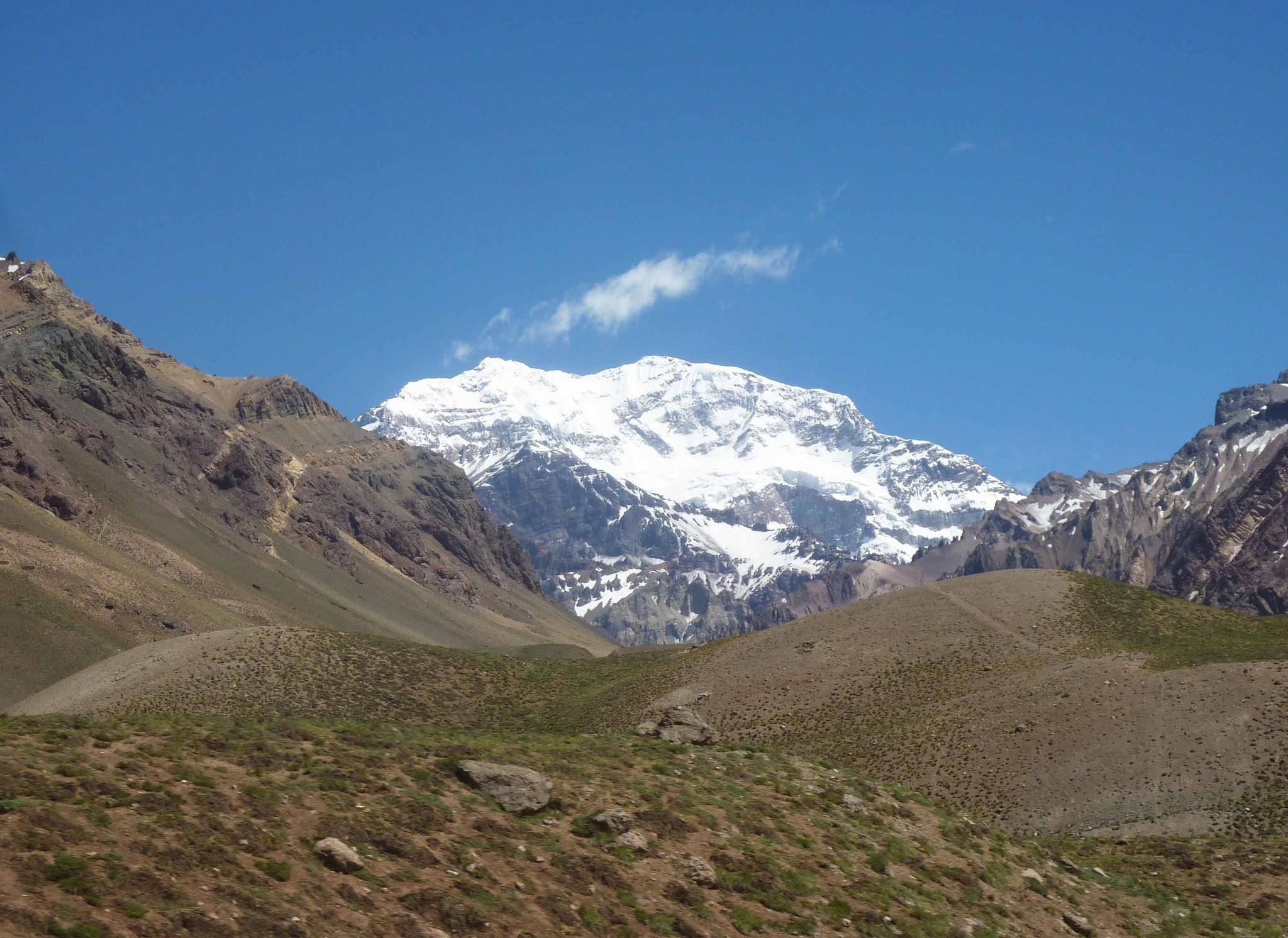 Cliché incontournable du plus haut sommet des Andes, la face sud de l'Aconcagua (6962 m)