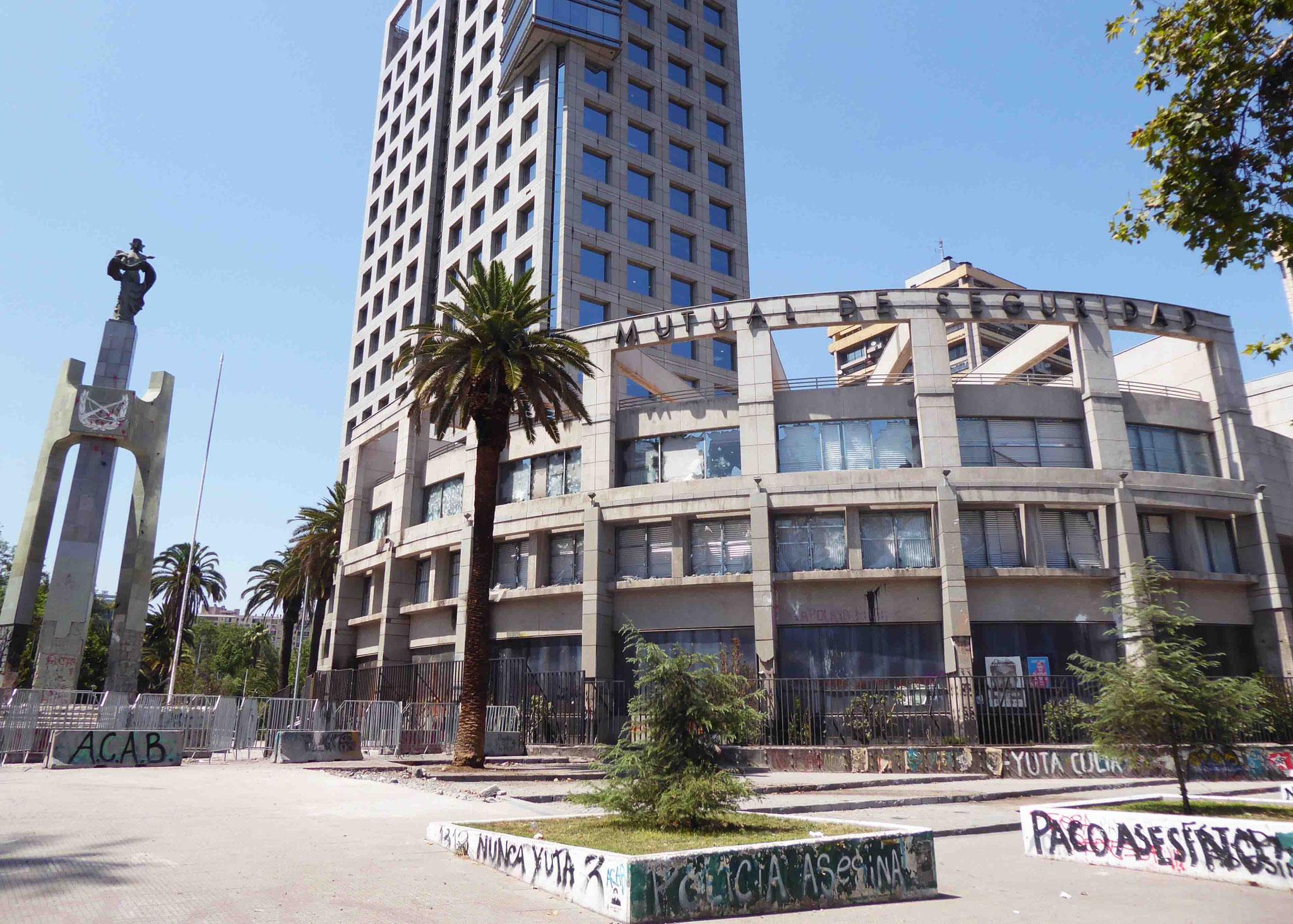 Les bâtiments officiels ont subi de graves dommages...