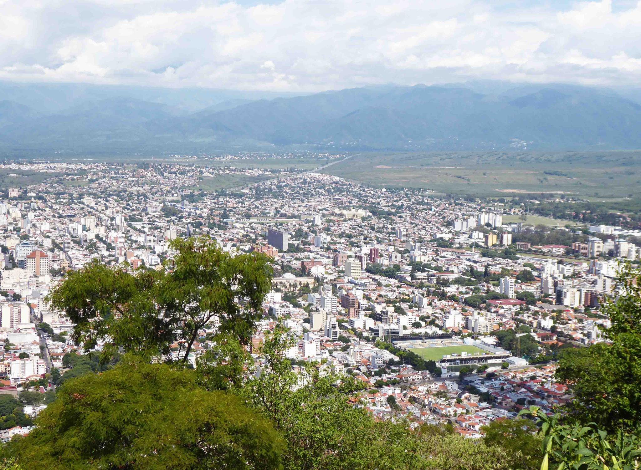 Du haut de San Bernardo, Salta la linda au pied et les sommets de San Lorenzo au fond