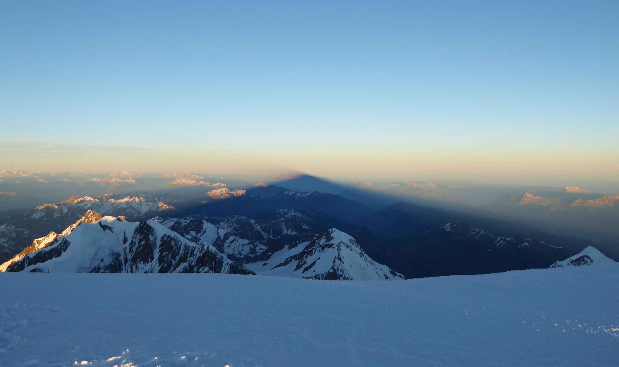 Belle ombre projetée du mont Blanc au lever du jour