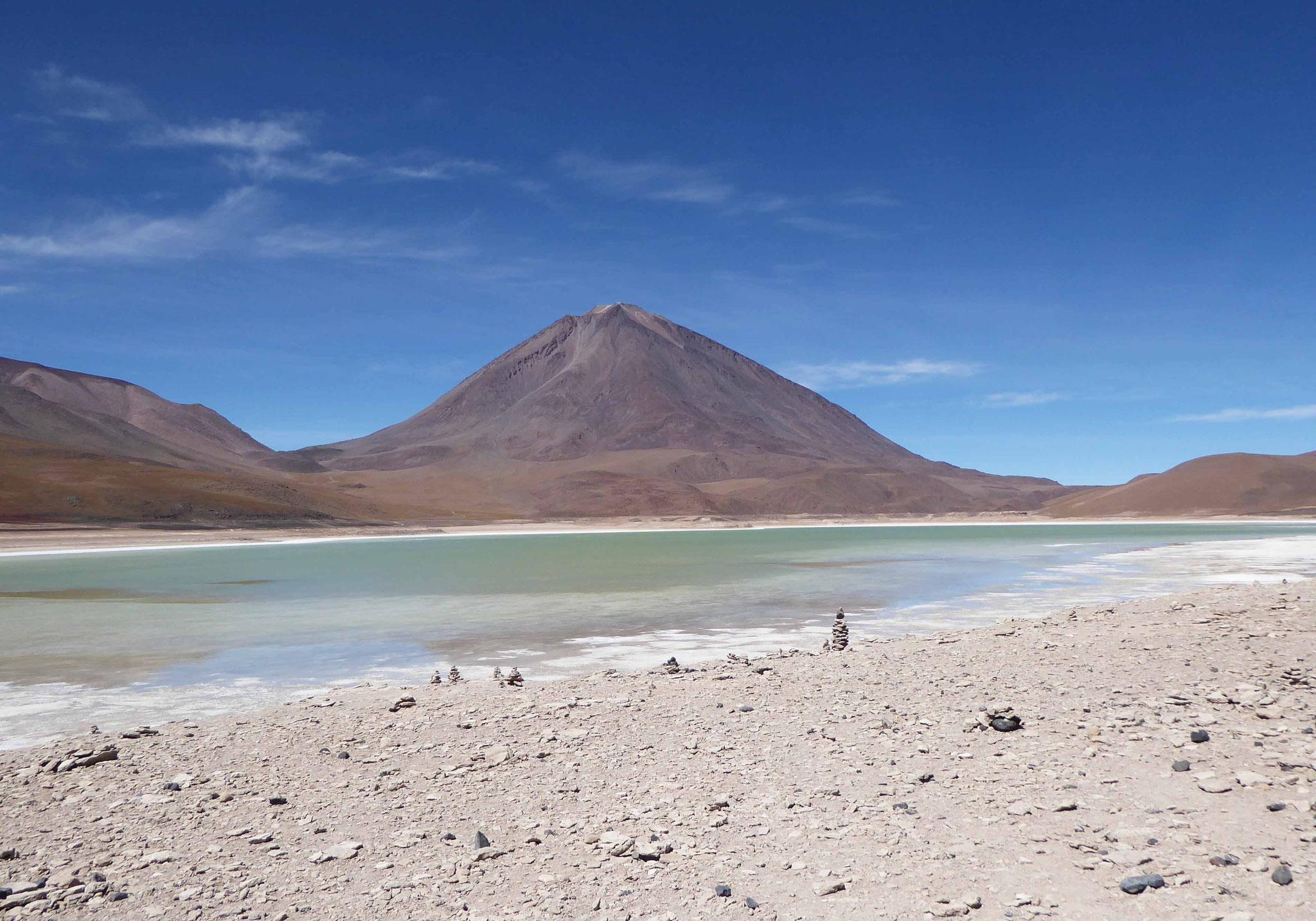 La Laguna Verde au pied du Licancabur (5920 m)
