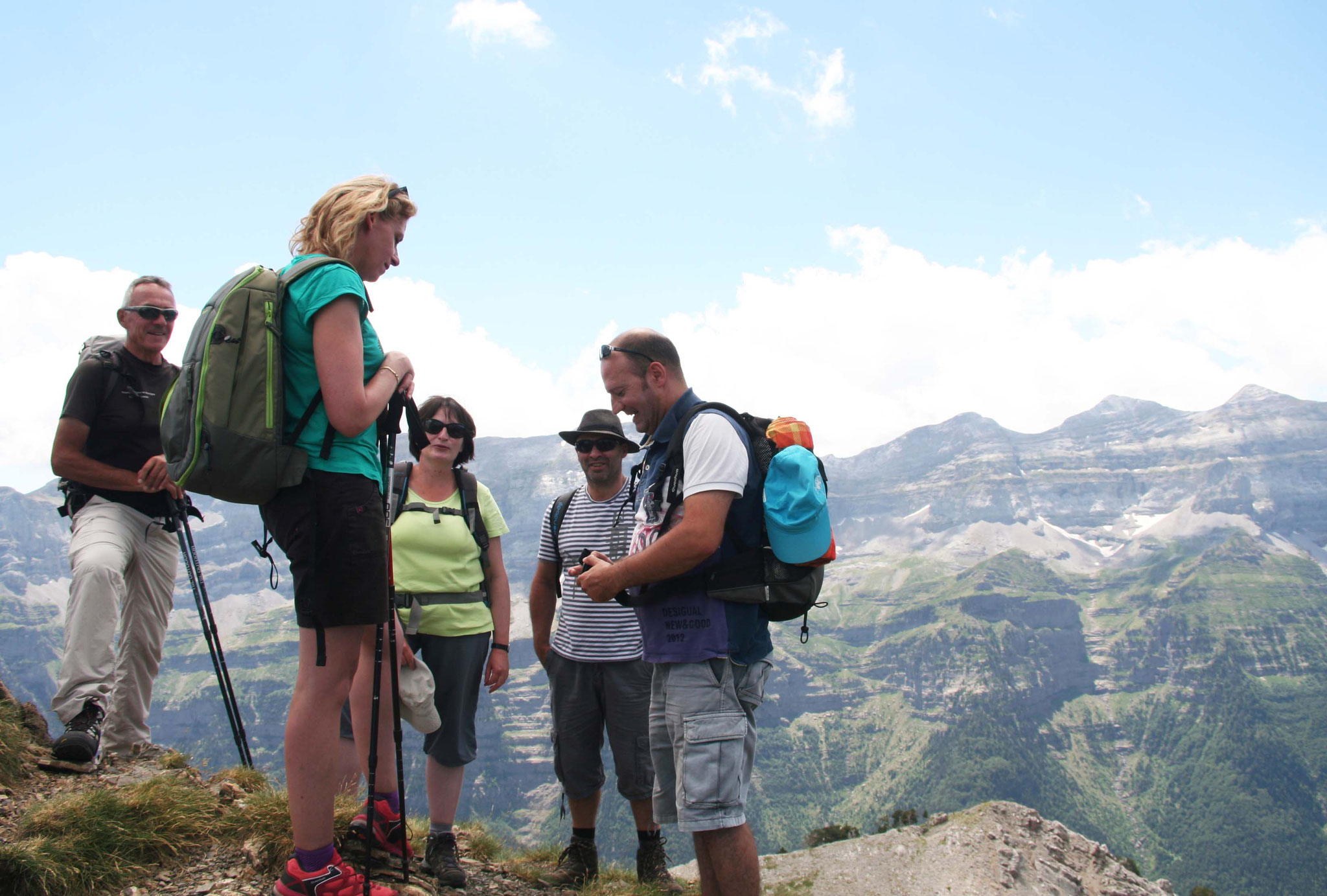 Au sommet, à 2354 m, une partie du groupe devise sur son ascension