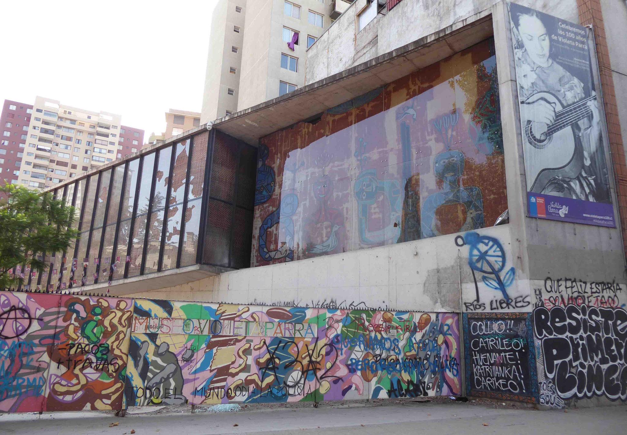 Dégradations du musée dédié à Violeta Parra, très populaire chanteuse chilienne