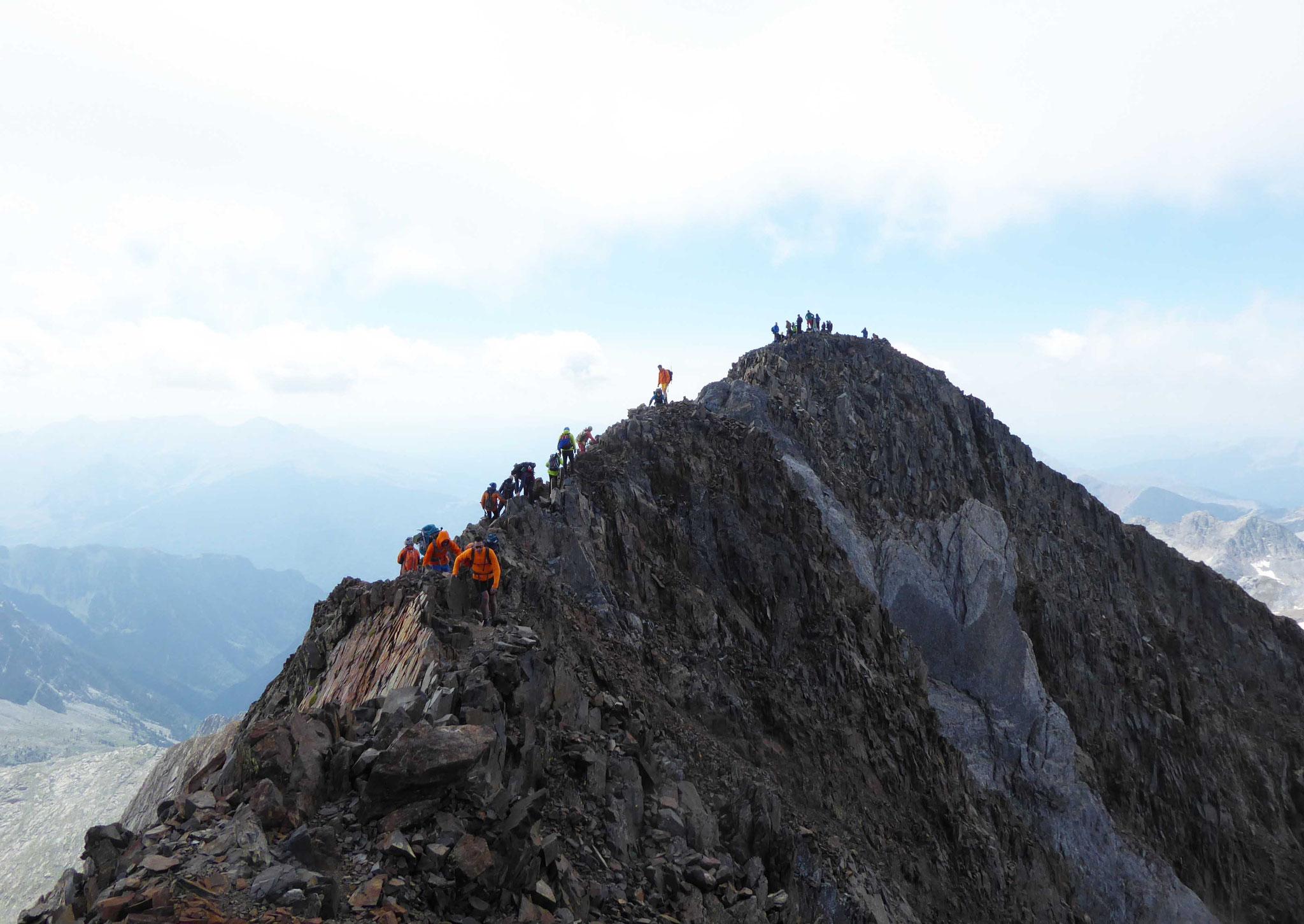 Crête sommitale des Posets (3375 m) en arrivant depuis Viados